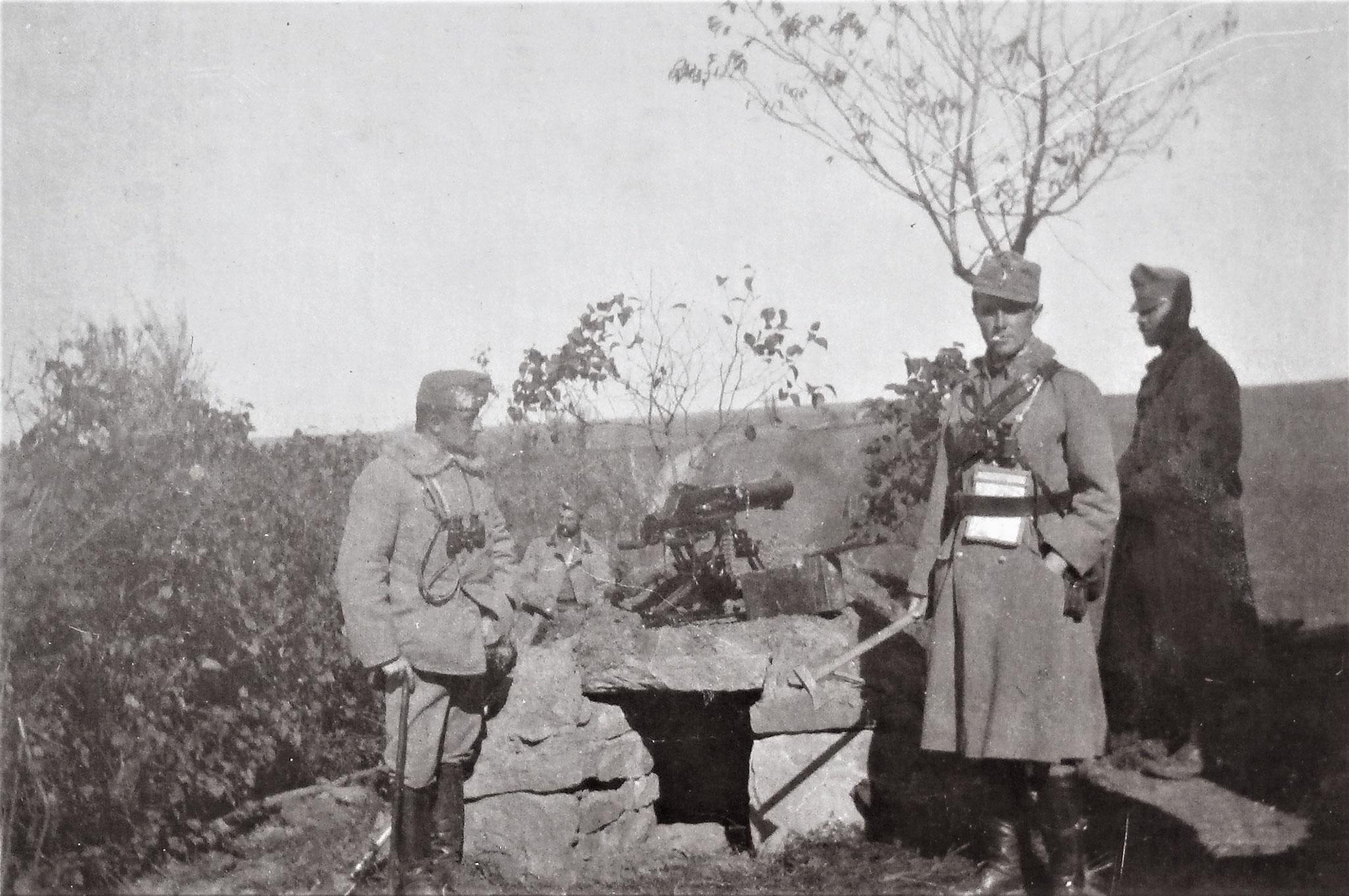 Maschinengewehr D. 11. - vorne rechts Oblt Graf Wilhelm Alberti d' Enno.