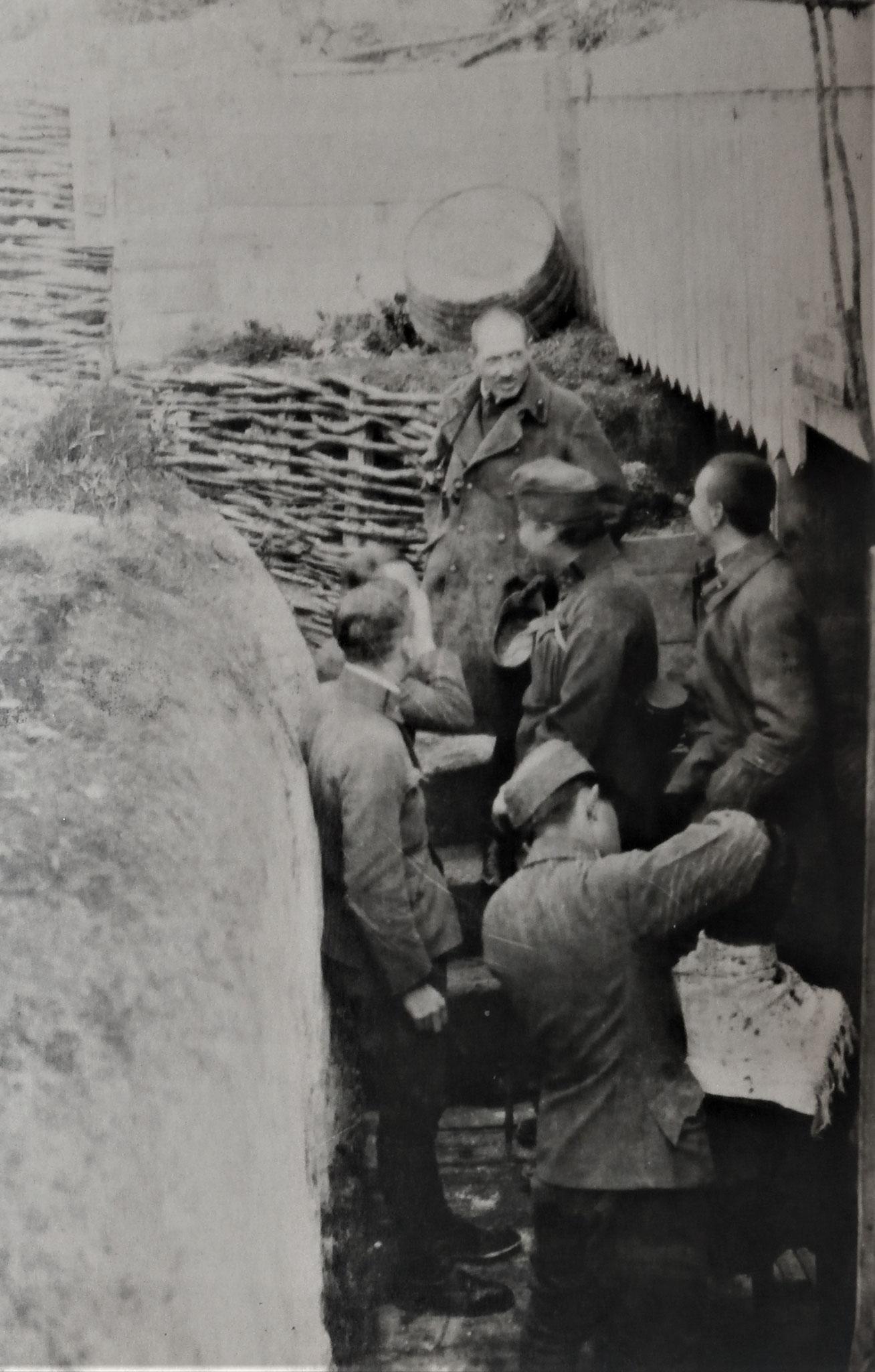 Krieghammer und Mannschaft beim Haareschneiden.