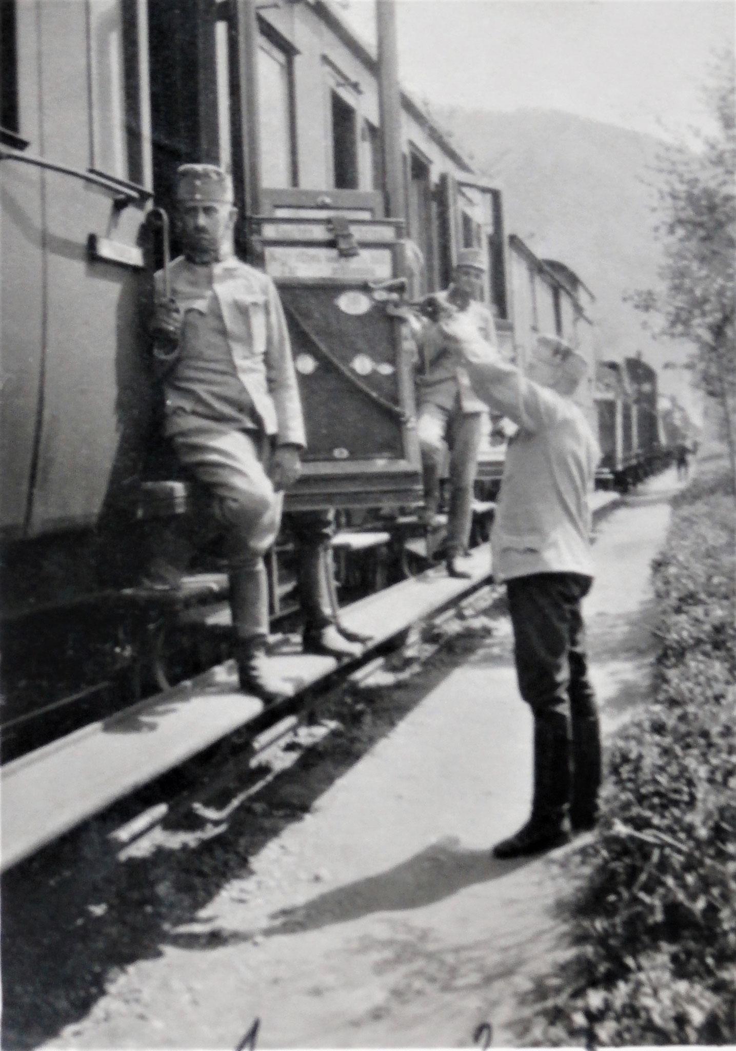 Offizierswaggon im Transport der 3. Esk. ; 1. Lang, 2. Kirchbach, 3. ich.-  1 ½ Tage über Körösmezö zur Station südlich Delatyn.