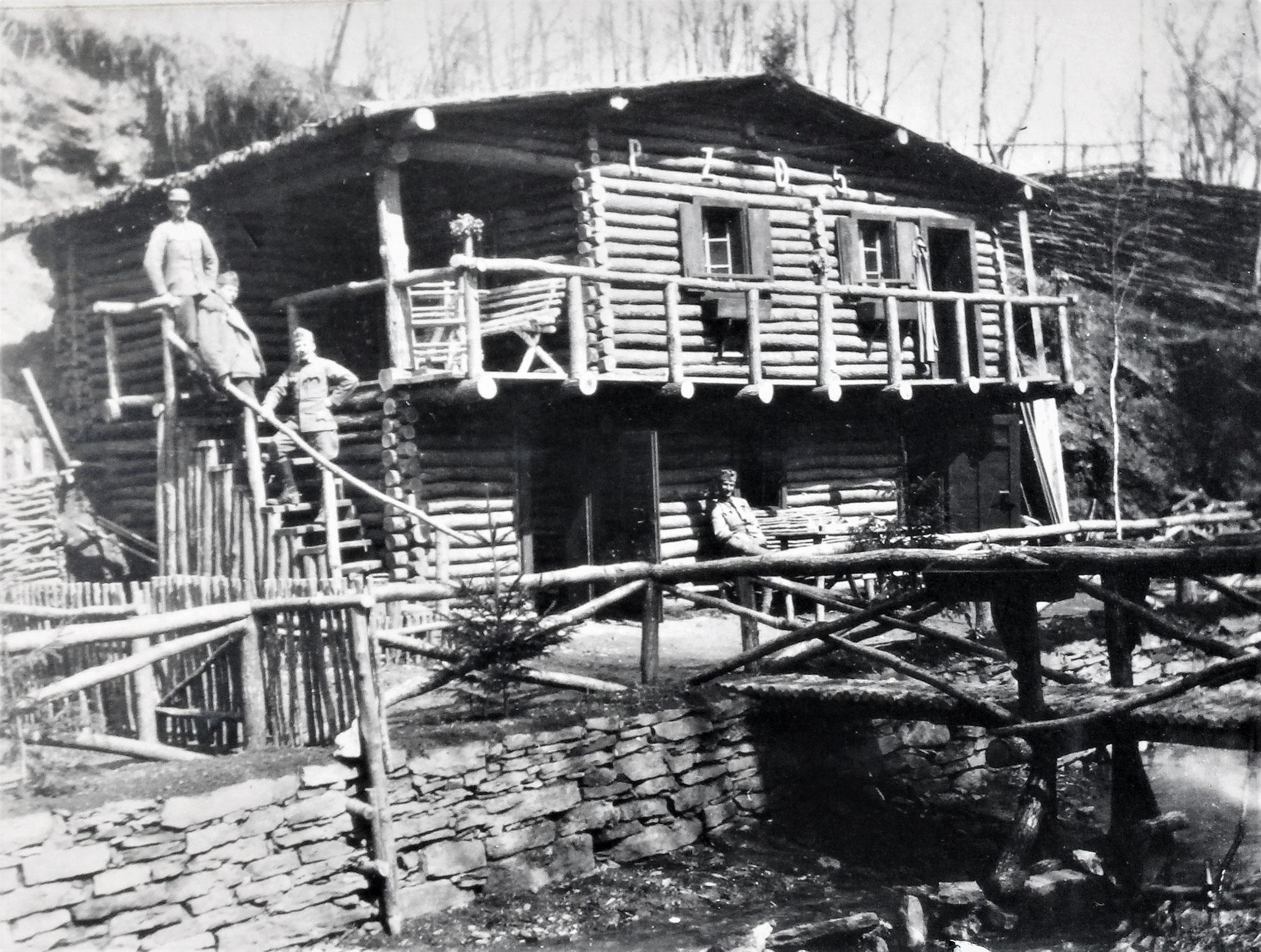 """""""Villa D.5"""" in der Legschlucht, vom Pionierzug D.5 gebaut. Auf der Stiege E.F. Wchtm. Mallinger (Fussesk D.5), Plank, Uram, vorne sitzend Kopeinig, der Polier des Baues."""