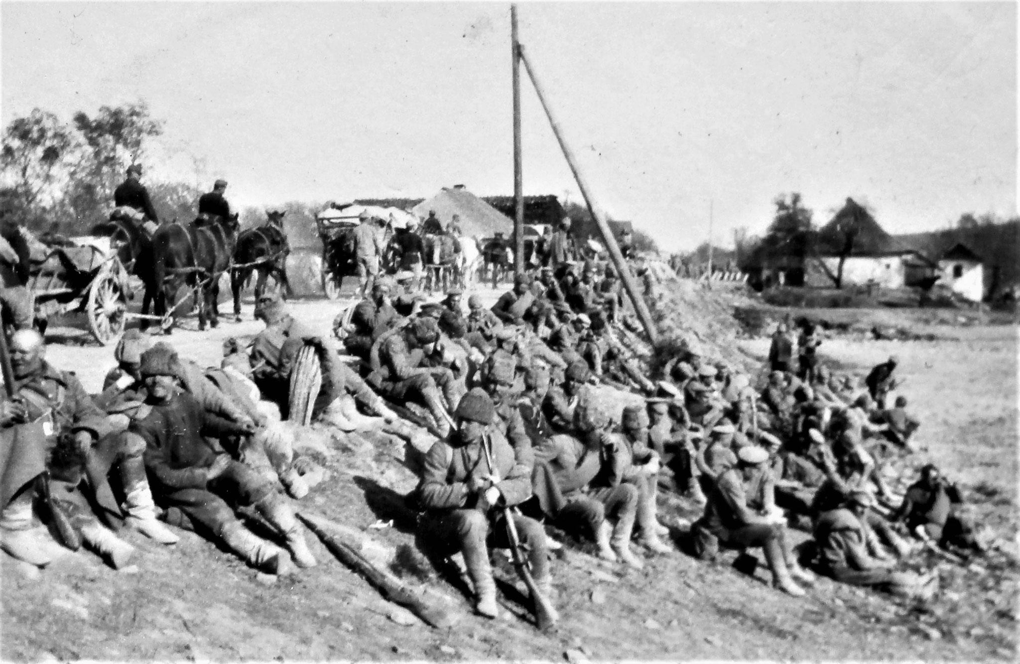Transport gefangener Russen auf der Strasse östlich von Felsö-Odor.