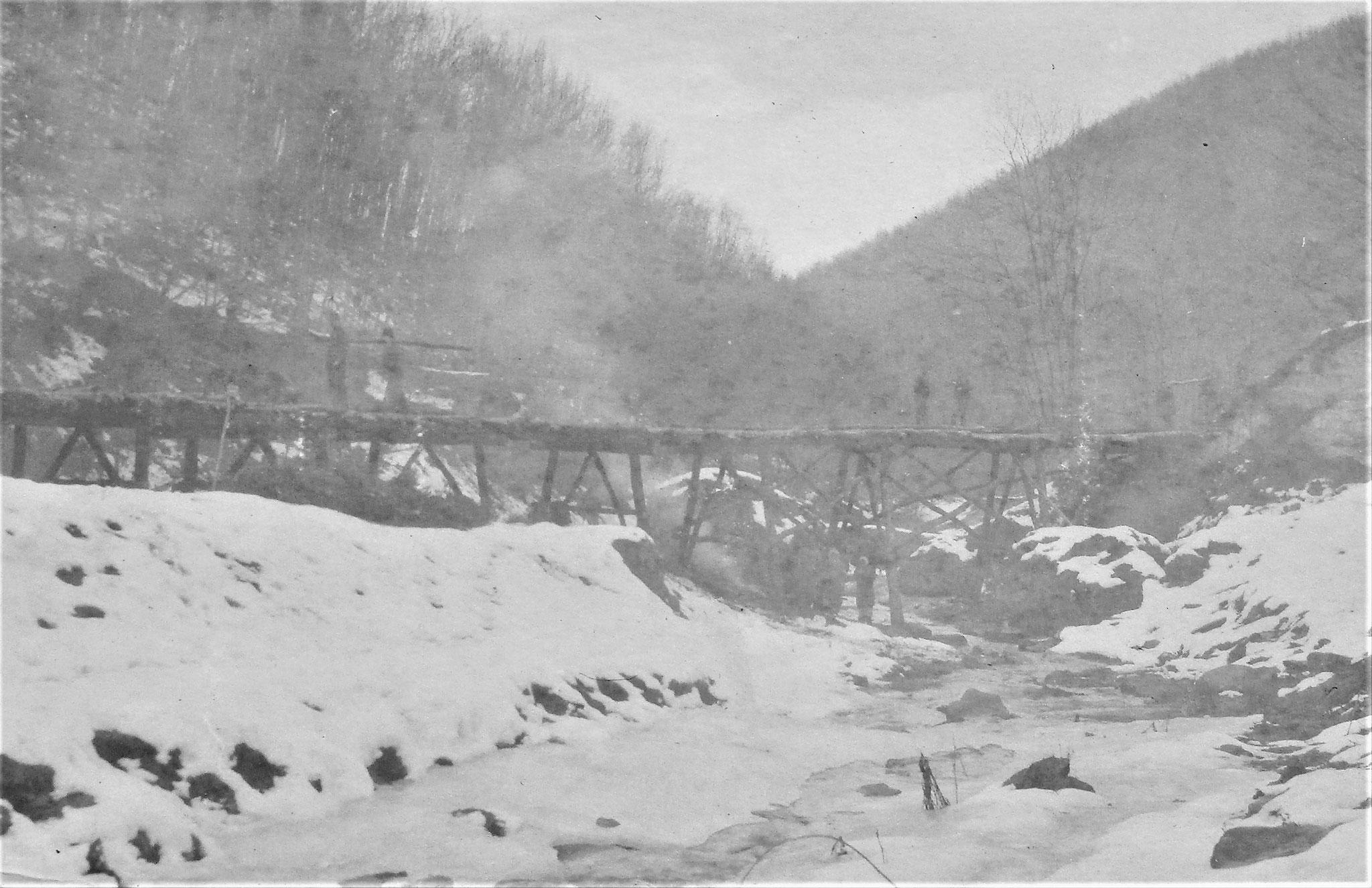 Die größte der vom Pionierzug D.5 gebauten Brücken über den Legbach im Bau.