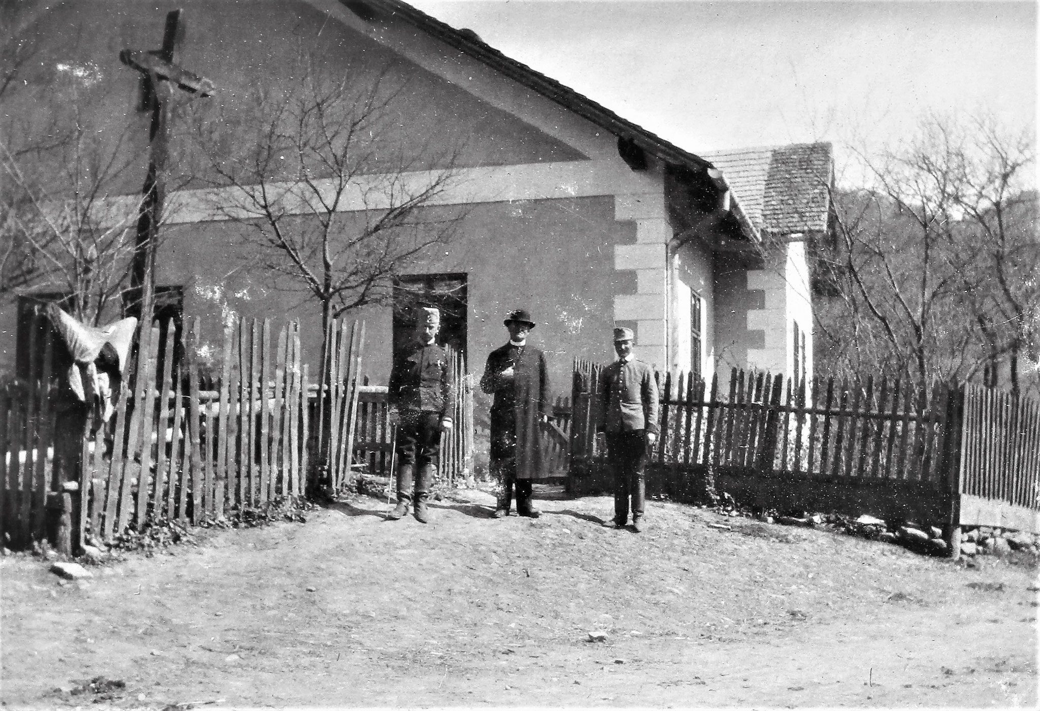 Pfarrhaus, davor Rtm. Josef Lang (EskKmdt), der Pfarrer, Lt i. d. Res Otto Pinell (2. ZgKmdt).