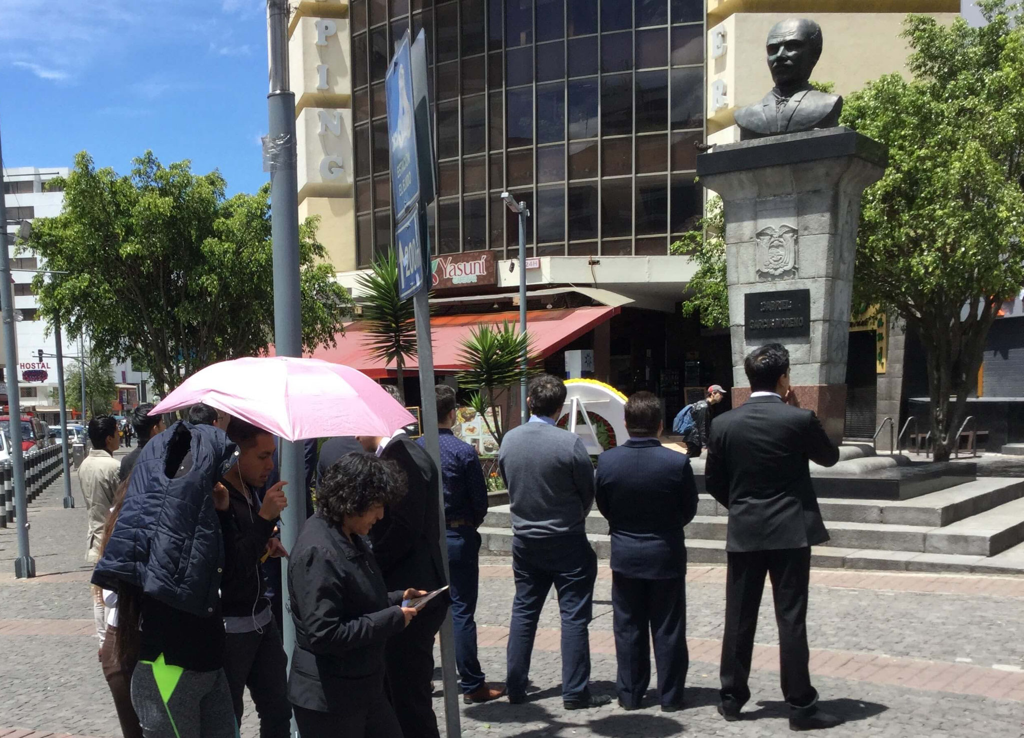 Público leyendo proclamas del evento