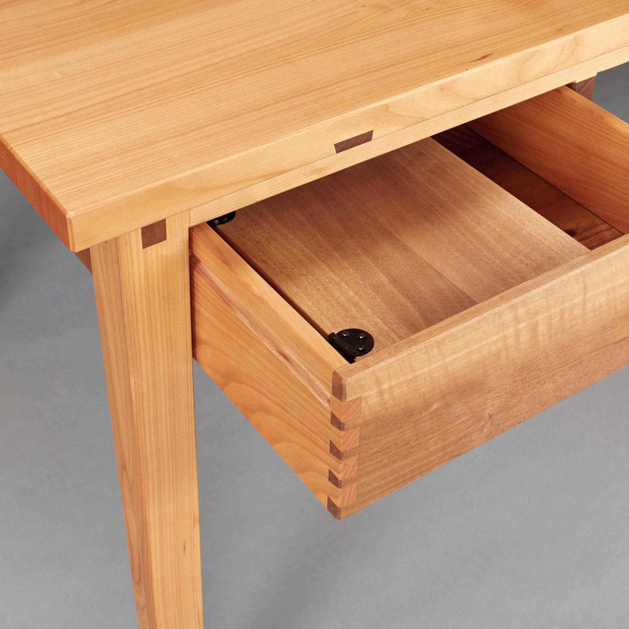 """""""Schreibtisch aus Kirsch- und Nussbaum"""" im Detail von Tobias Hamm (Foto: Thomas Bremmer)"""