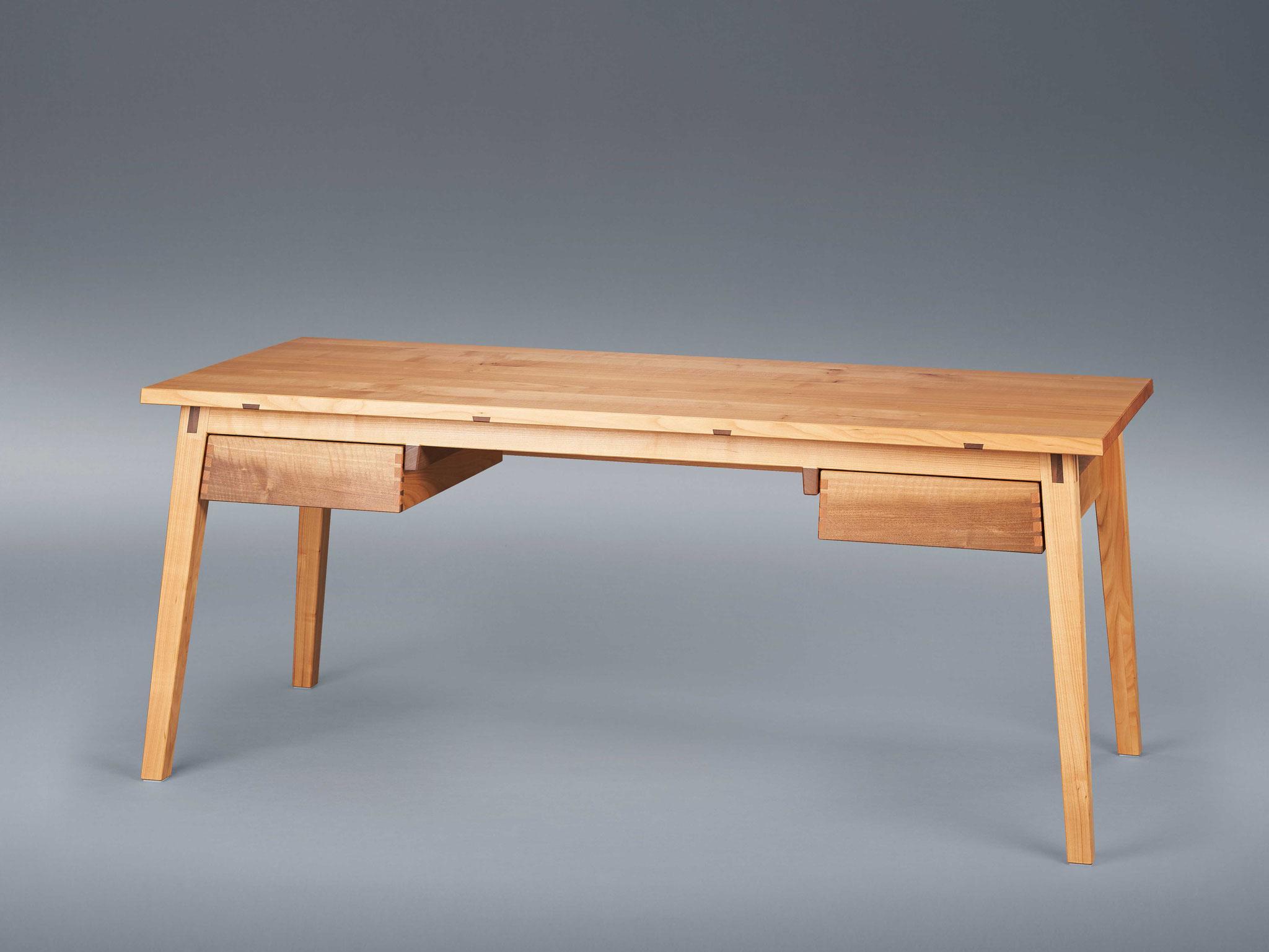 """""""Schreibtisch aus Kirsch- und Nussbaum"""" von Tobias Hamm (Foto: Thomas Bremmer)"""