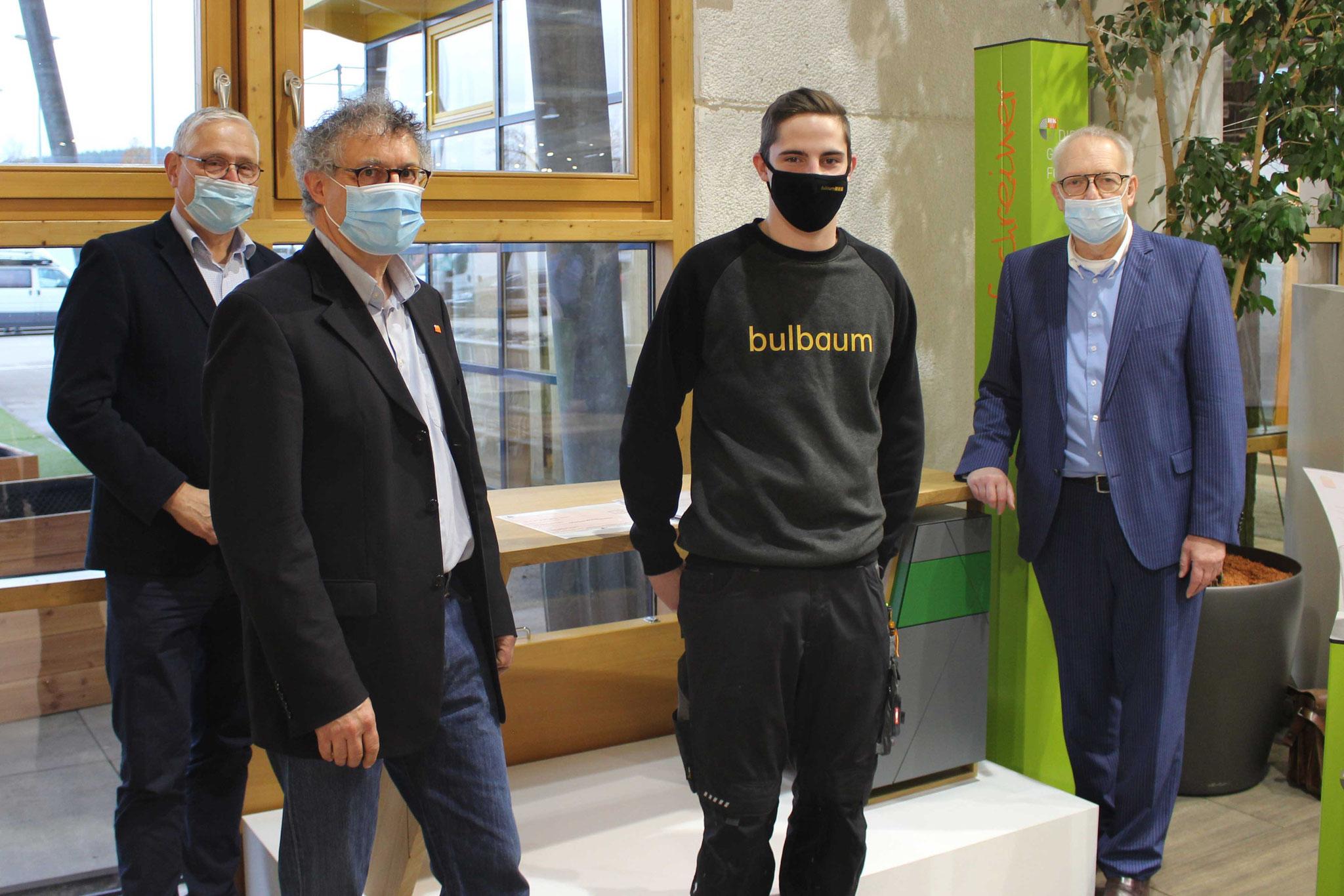 Marius Winhausen (2.v.r.) zusammen mit Hermann Hubing (r.), Rainer Adams (l.) und Landesinnungsmeister Stefan Zock (2.v.l.).