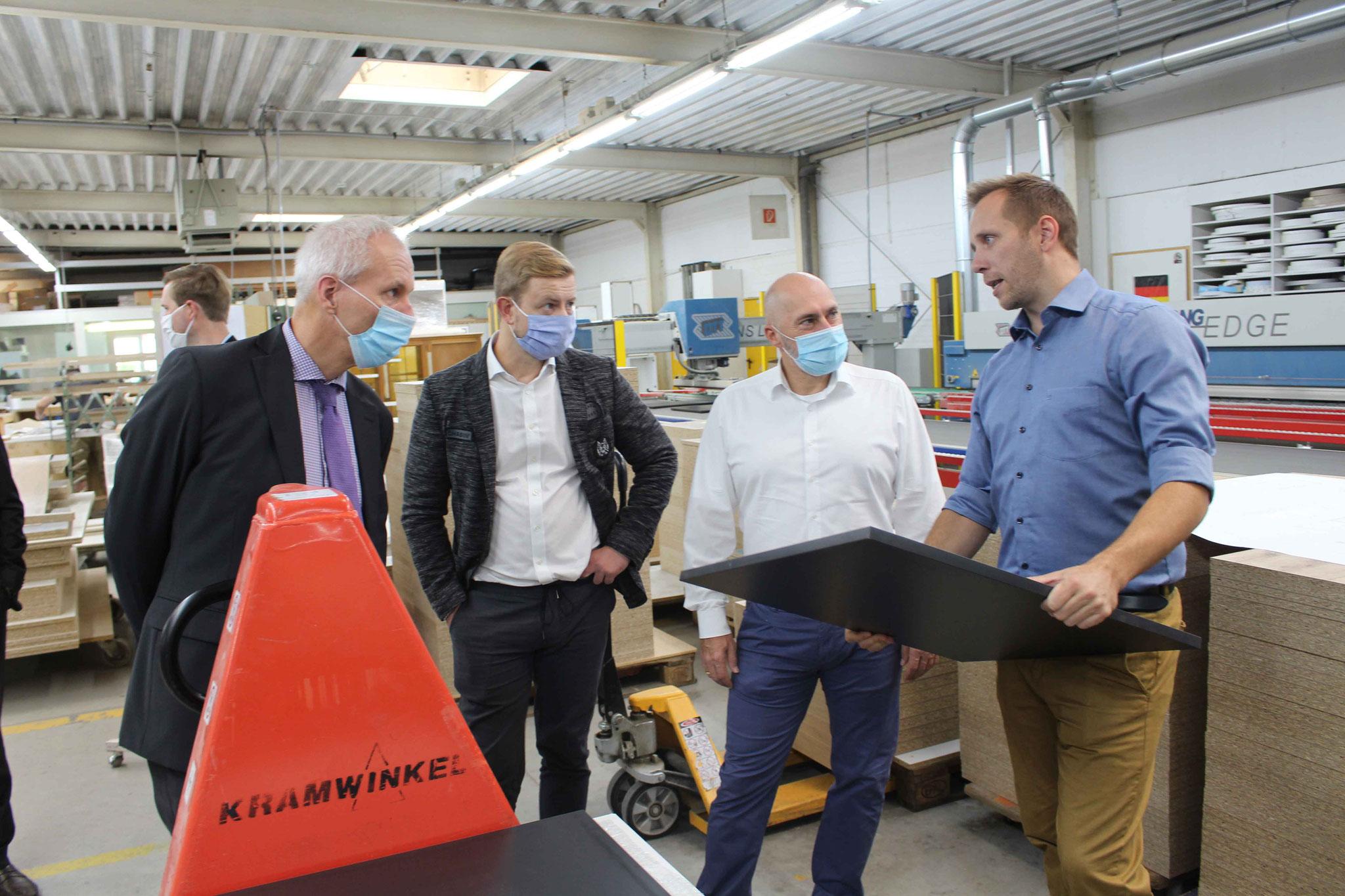 Bei der Heinrich Kramwinkel GmbH in Mühlheim führte Florian Kramwinkel (r.) die Gäste um den Fraktionsvorsitzenden René Rock (2.v.r.) durch die Produktion.