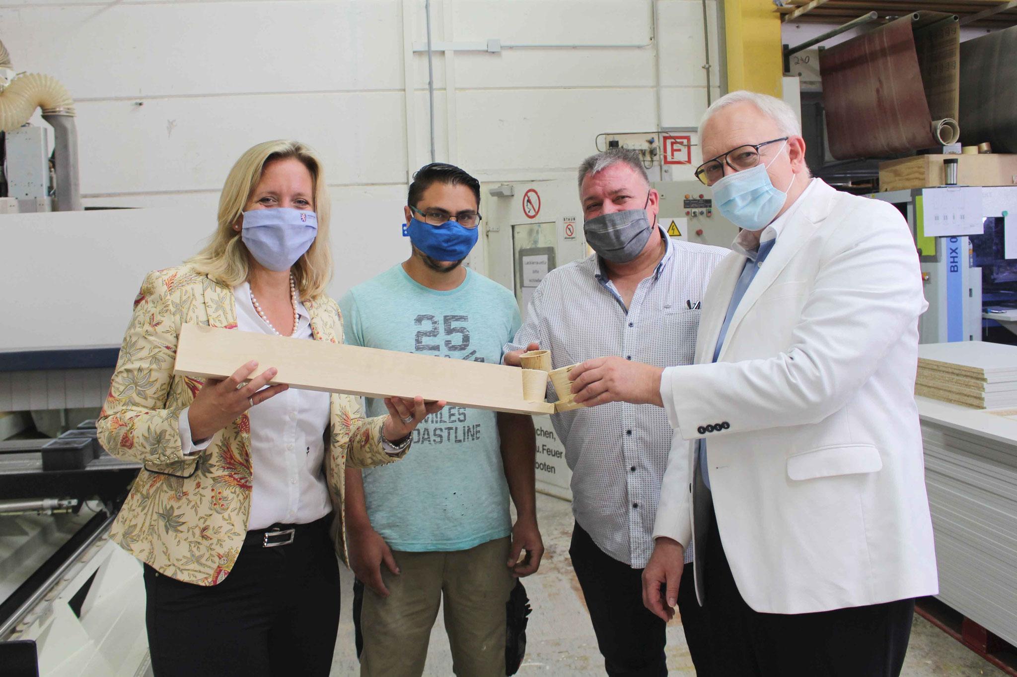 Die Fraktionsvorsitzende Ines Claus und Hermann Hubing ließen sich in Mörfelden-Walldorf bei der Herzberger GmbH von Florian Leitner und Holger Hammann vorführen, was CNC-Maschinen in der Fertigung leisten können.