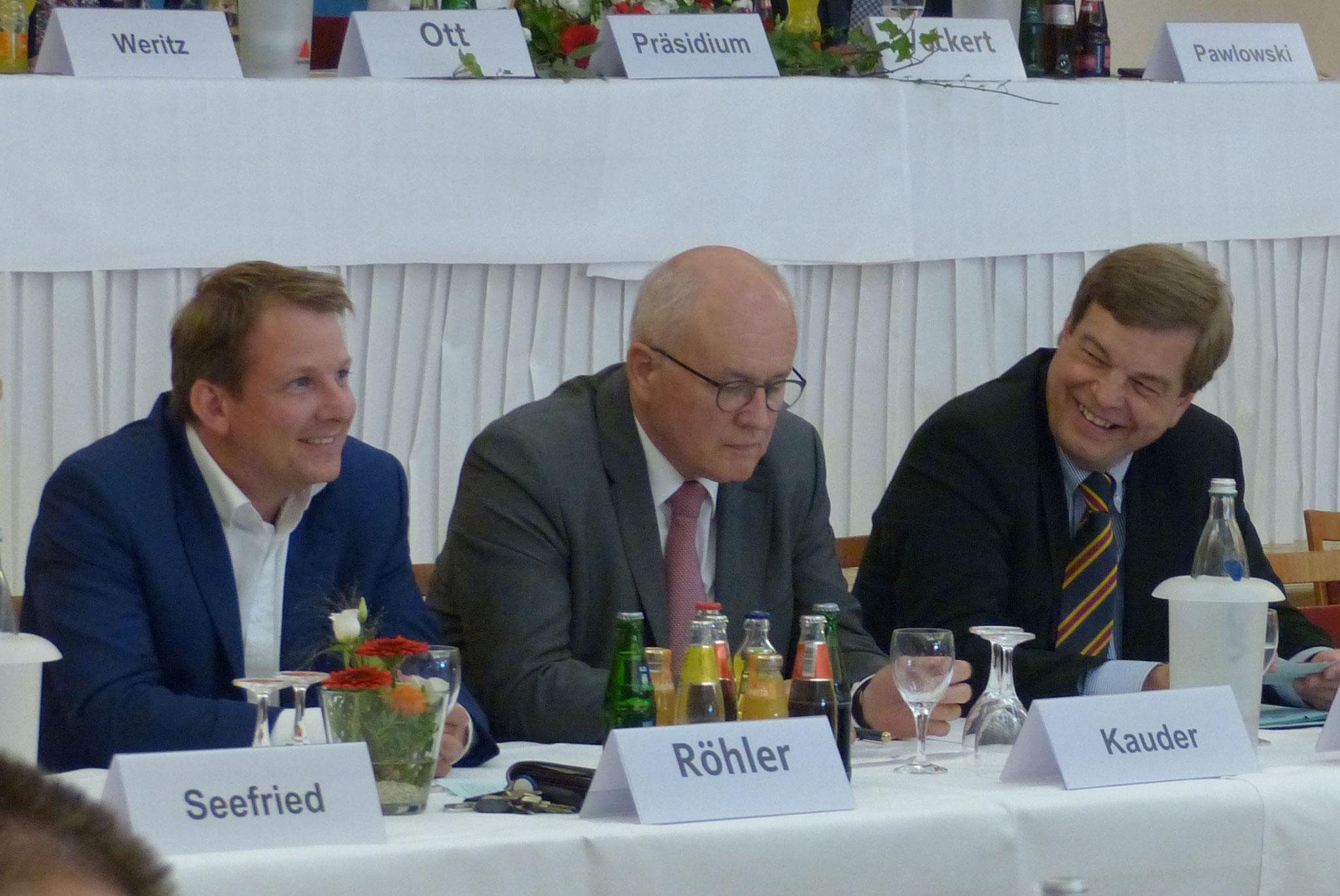 Thiemo Röhler, Volker Kauder und Enak Ferlmann verfolgen aufmerksam die Rede....