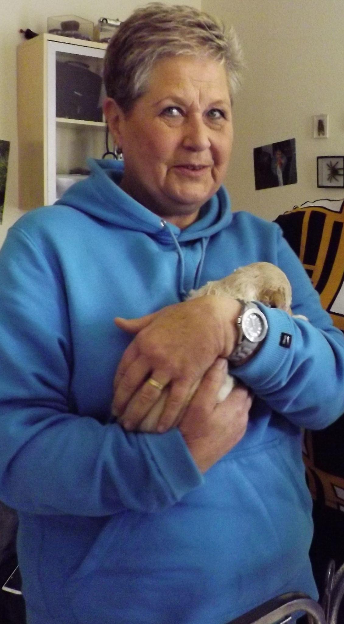 Renate strahlt - sie hält zum ersten Mal ihren Milow in den Armen :-)