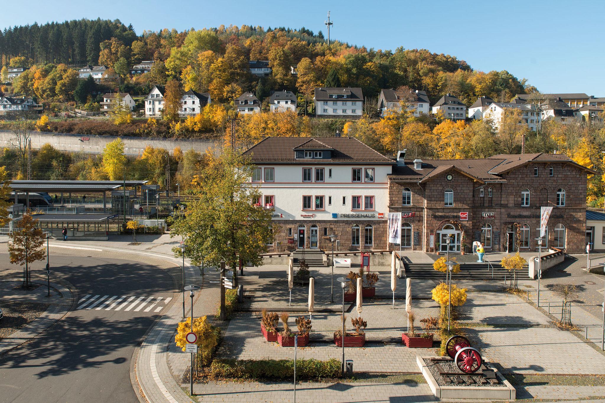 Lennestadt-Altenhundem, Empfangsgebäude und Umfeld