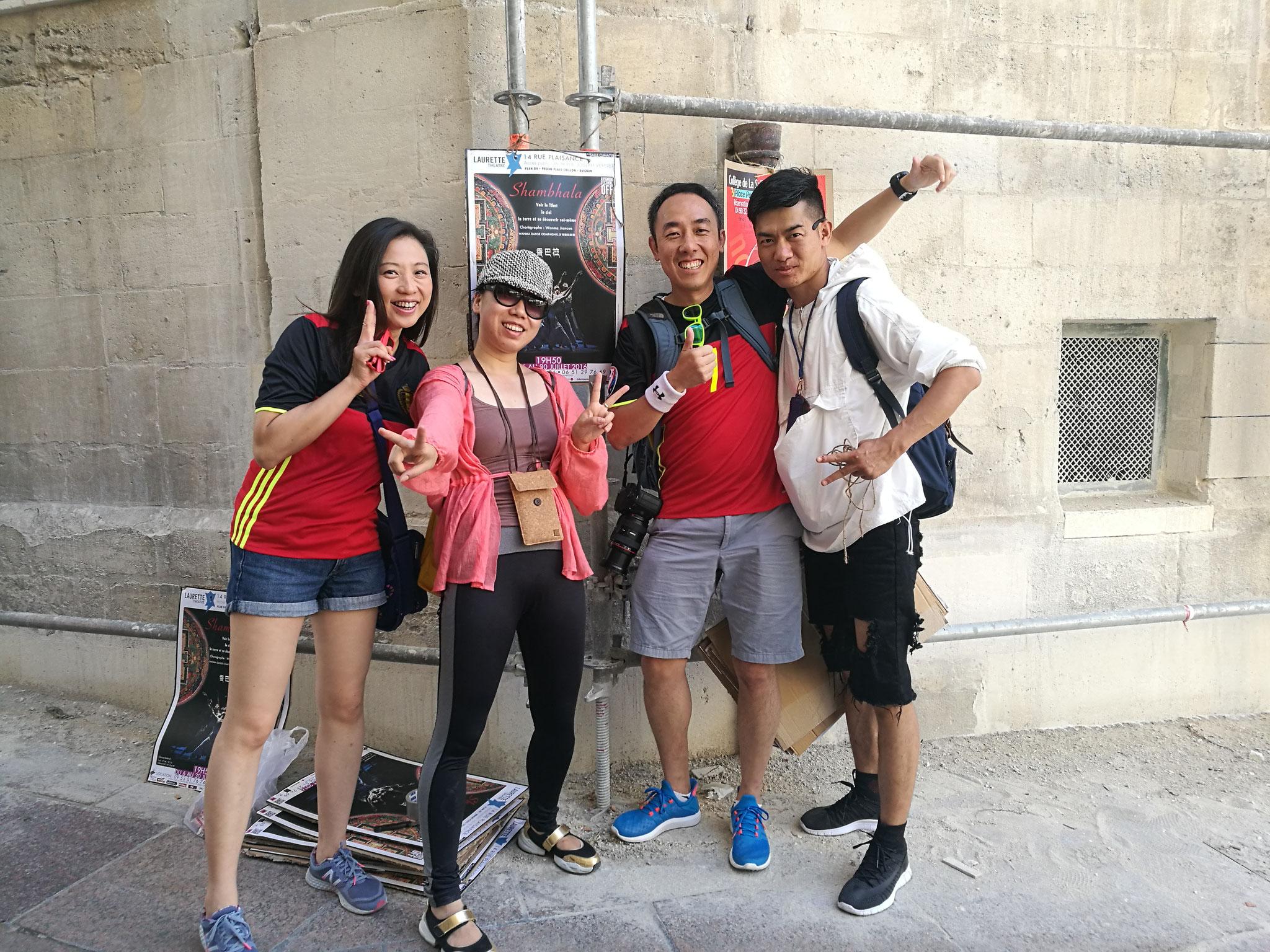 戏剧节开始前几天由于赶不上看剧而帮我们张贴海报的香港华人游客