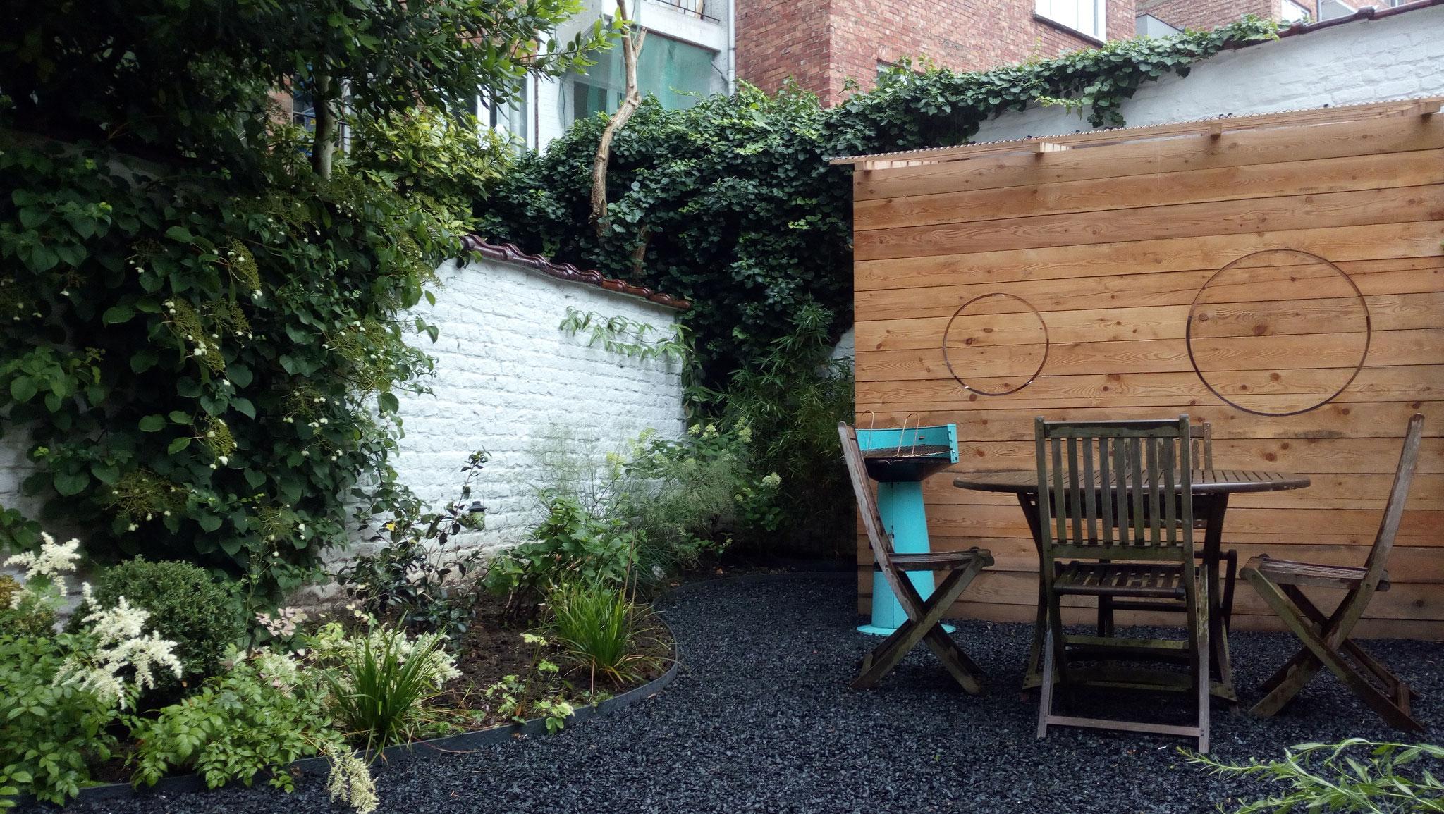 Jardin/ Cour Ixelles - Paillettes de schiste au sol. Amenagement jardin Bruxelles