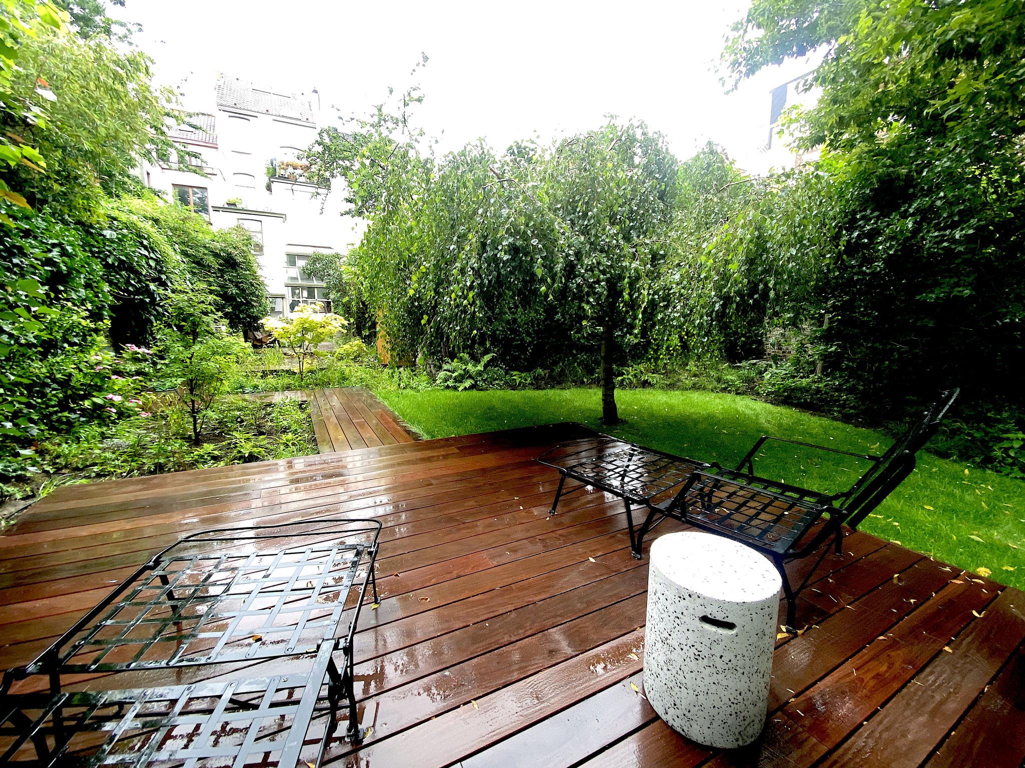 Jardin de ville 250m2 - Jardin contemporain -Terrasse en bois / Bain de soleil. Aménagement Jardin Bruxelles