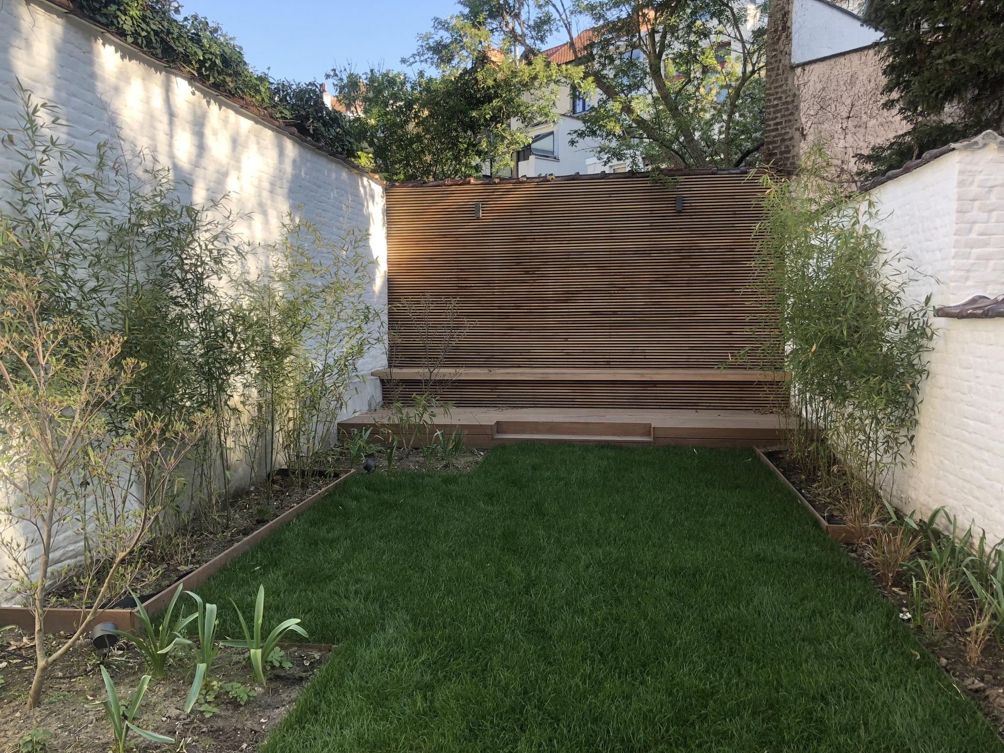 Jardin de 100m2 - Style contemporain - Vue d'ensemble / Terrasse du fond - Bardage / Banquette. Aménagement jardin Bruxelles