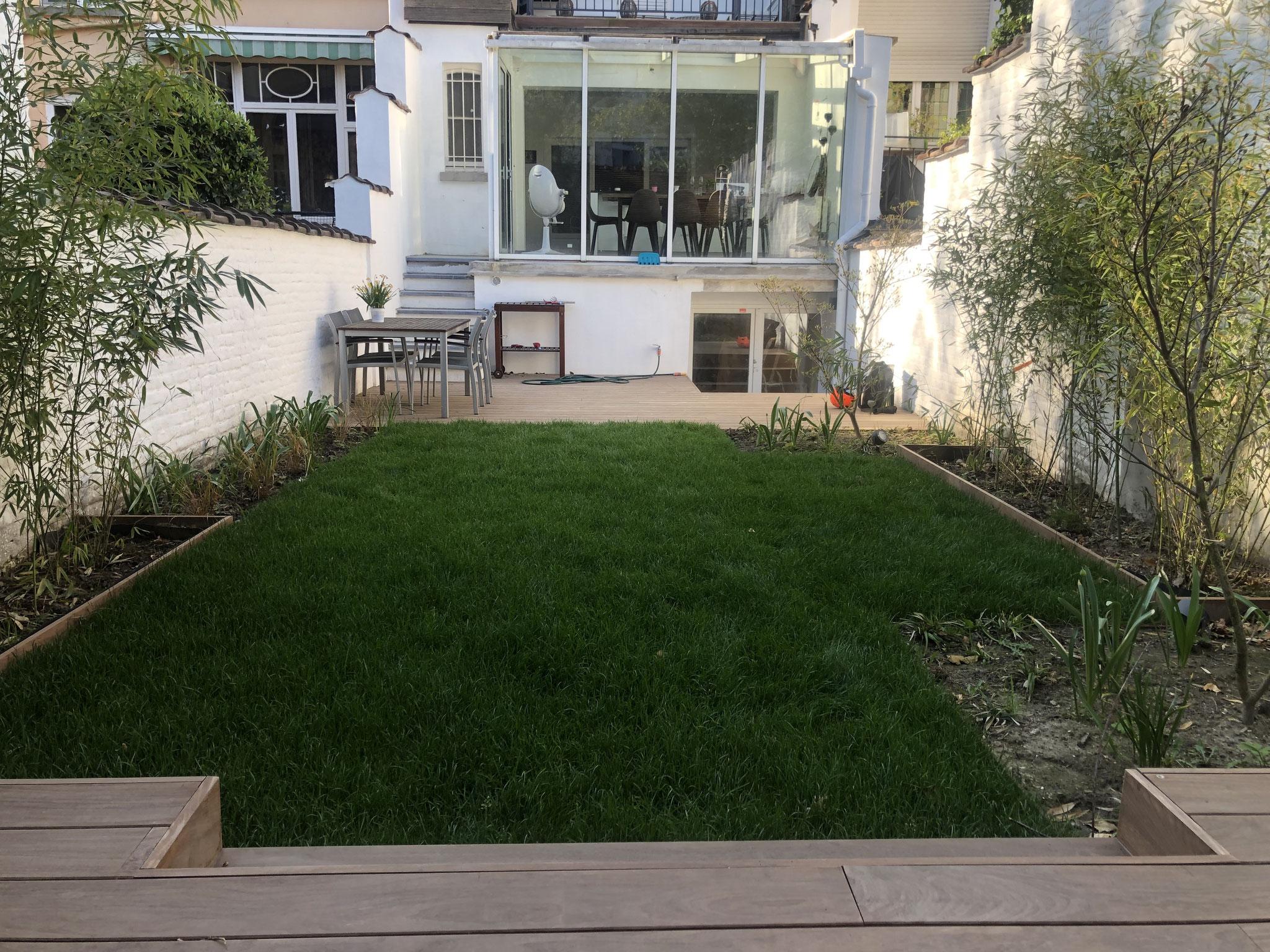 Jardin de 100m2 - Style contemporain - Vue d'ensemble / Terrasse principale - Véranda / Cuisine. Aménagement jardin Bruxelles