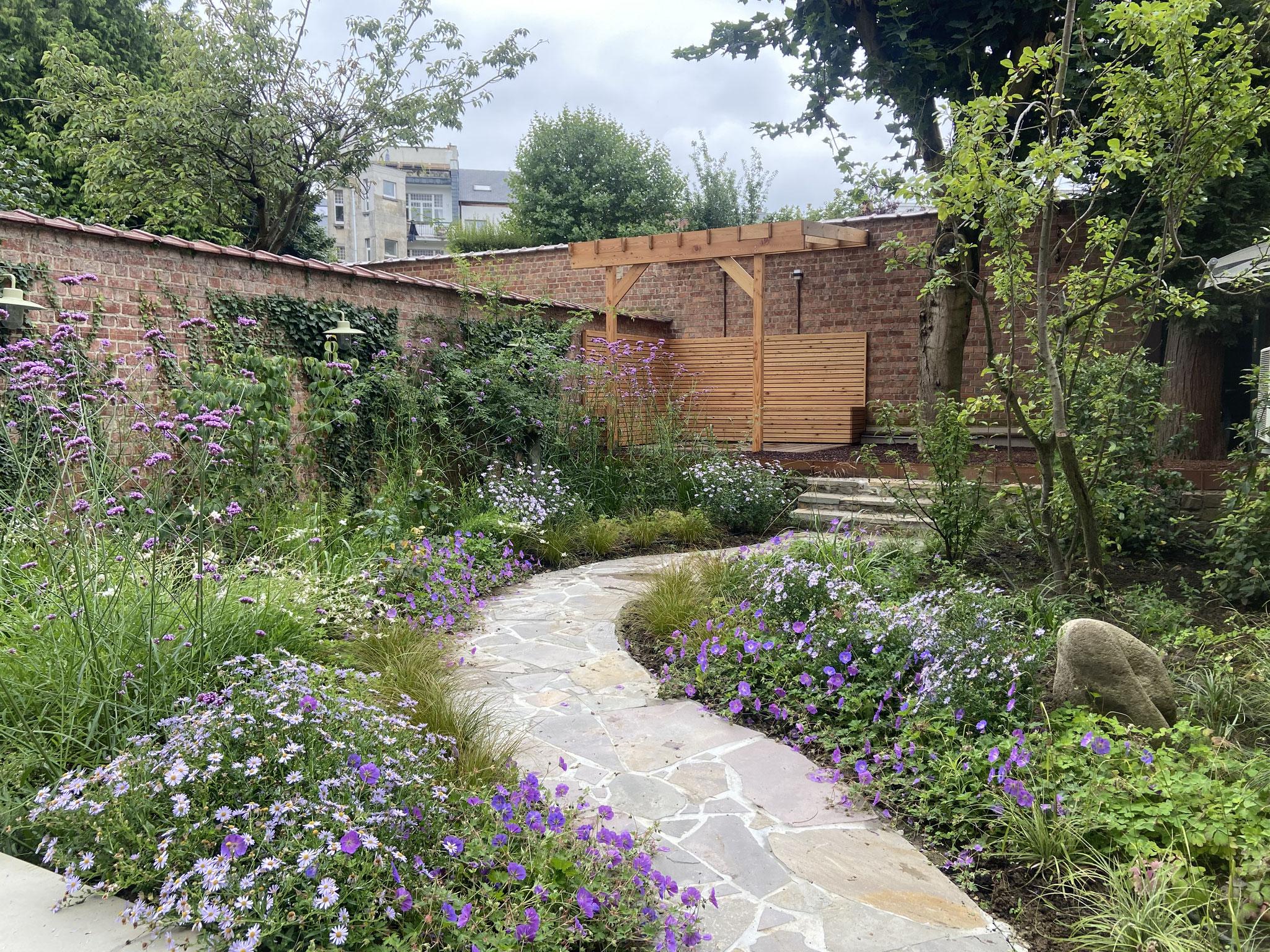 Jardin de ville 50m2 - Jardin naturaliste - Chemin en cassons de grès menant au garage et à la terrasse arrière. Aménagement Jardin Bruxelles