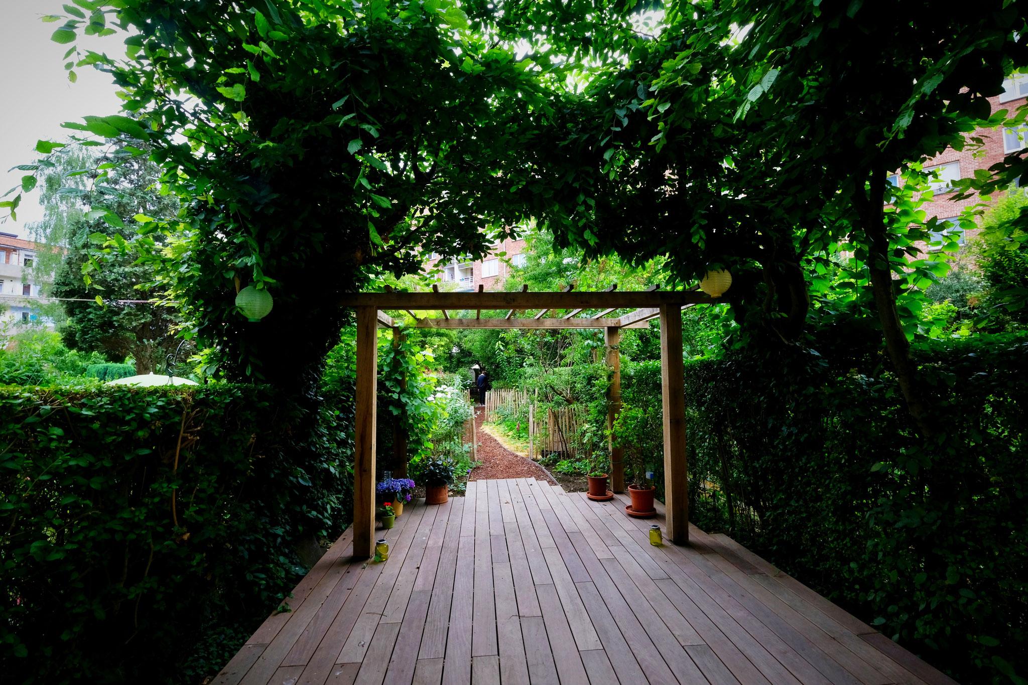 Jardin de ville 120m2 - Agroforesterie urbaine - La terrasse principale. Aménagement jardin Bruxelles.