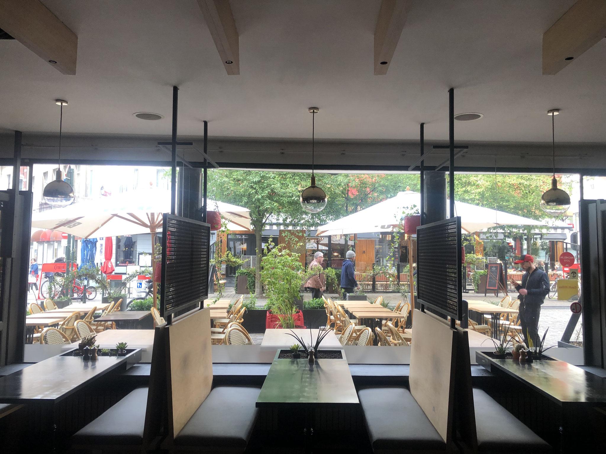 """Terrasse de 50m2 - Ambiance """"Sous-Bois"""" - Vue depuis le restaurant. Aménagement jardin Bruxelles"""