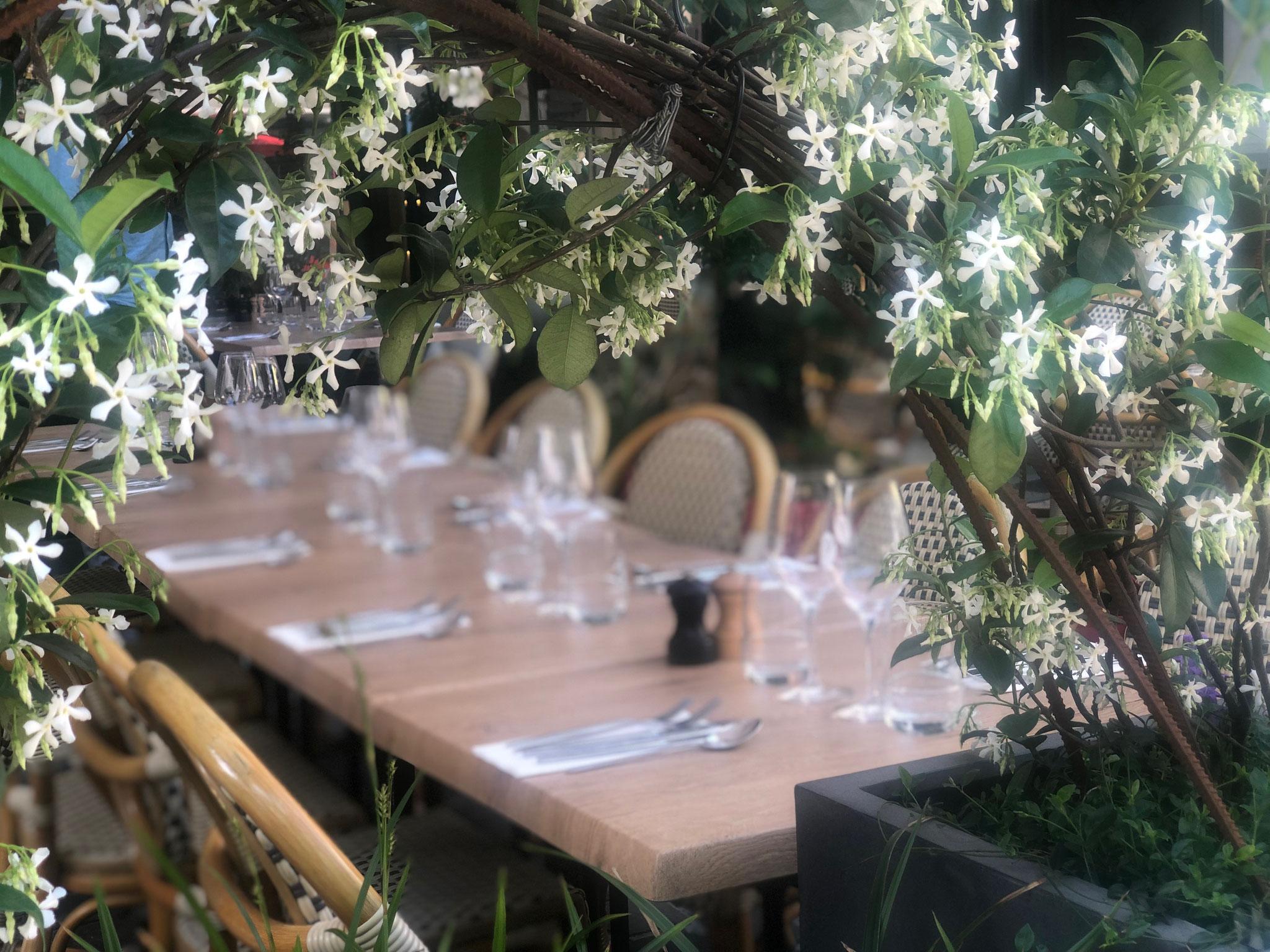 """Terrasse de 50m2 - Ambiance """"Sous-Bois"""" - Détails sur les tables mises en place depuis les bacs de clôture. Aménagement jardin Bruxelles"""