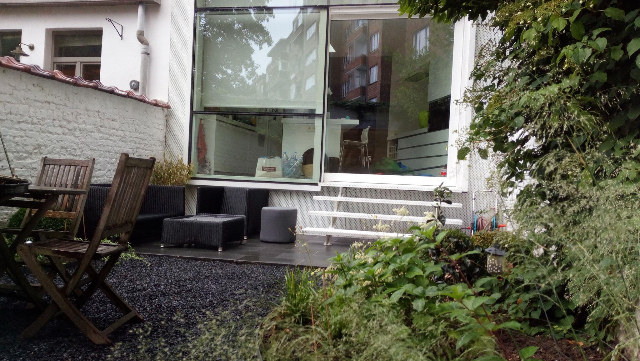 Jardin/ Cour Ixelles - Vue sur la cuisine. Amenagement jardin Bruxelles
