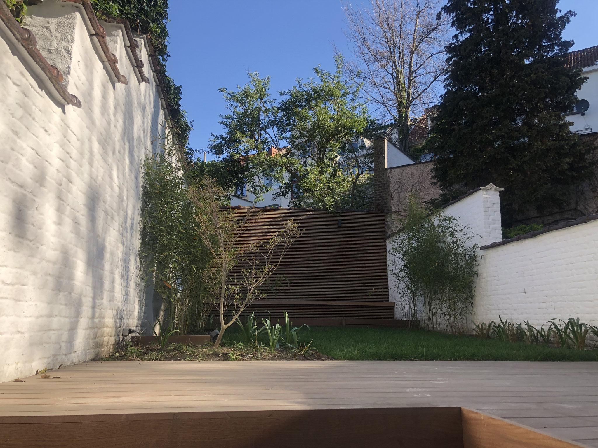 Jardin de 100m2 - Style contemporain - Vue d'ensemble / Terrasse principale depuis la cave. Aménagement jardin Bruxelles