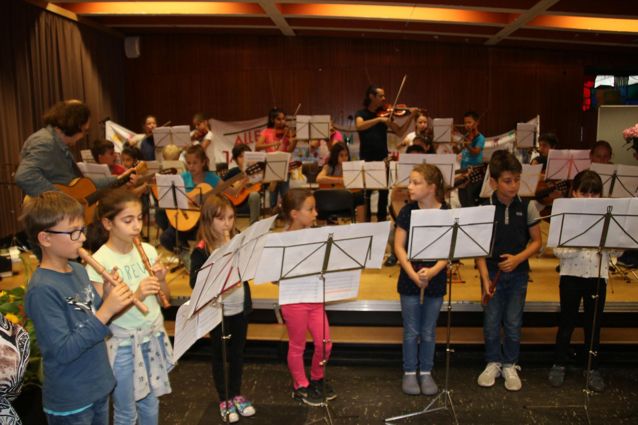 """... staunten über die Darbietung des schuleigenen """"Orchester Kunterbunt""""..."""