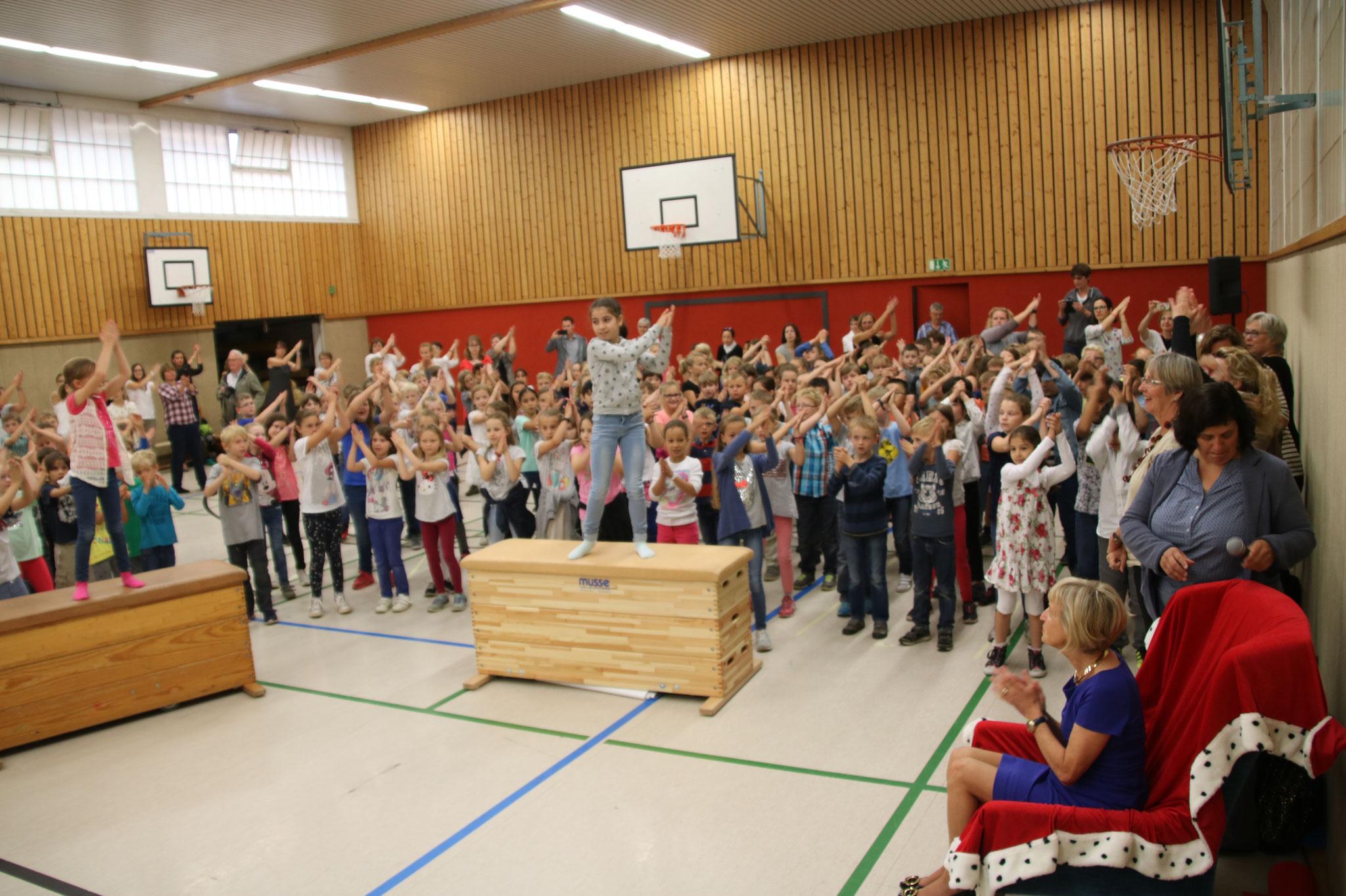 """... den Flashmob der Klassen zur Musik """"Chöre""""..."""