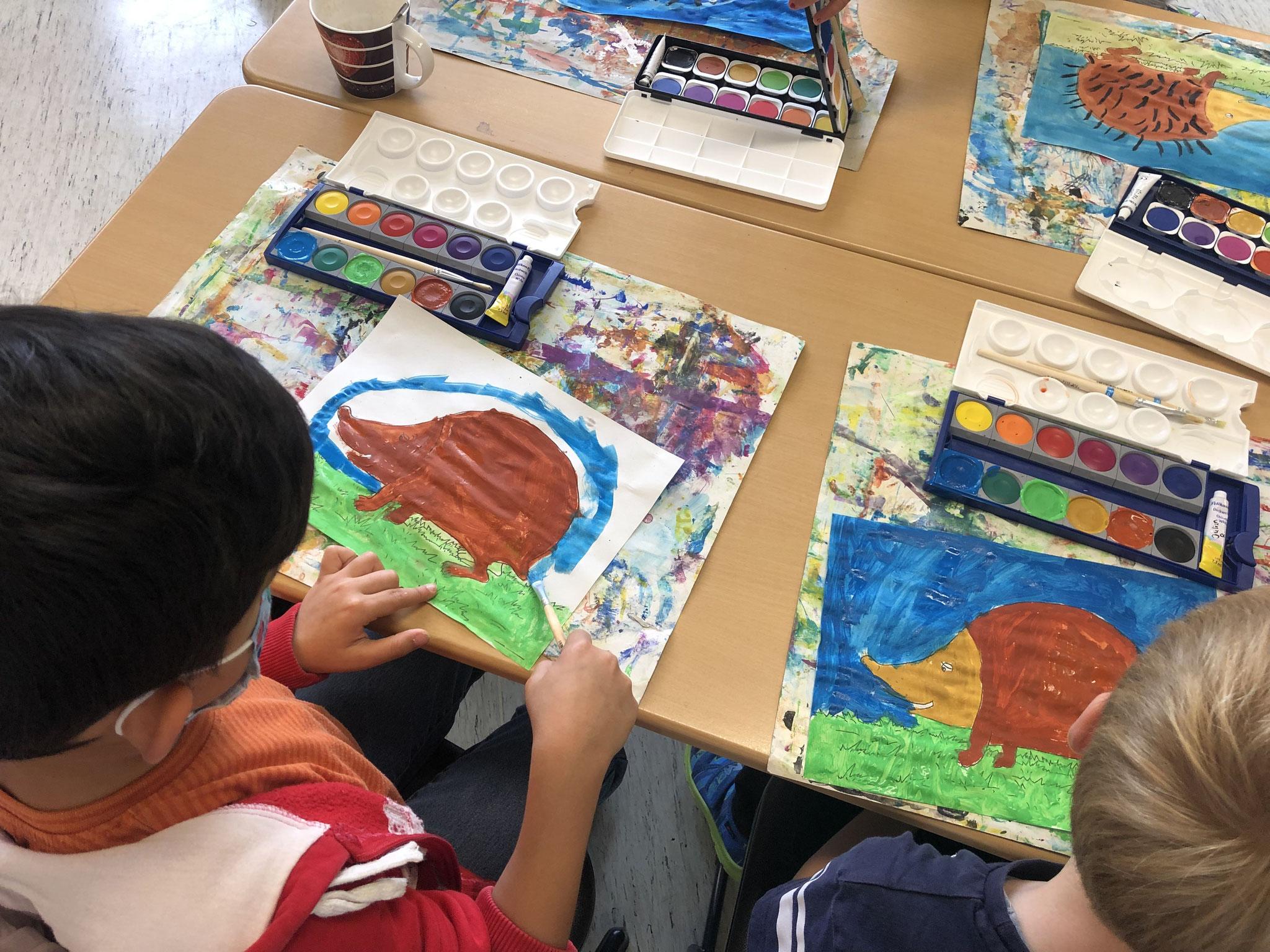 Wir malen Igel im Kunstunterricht.