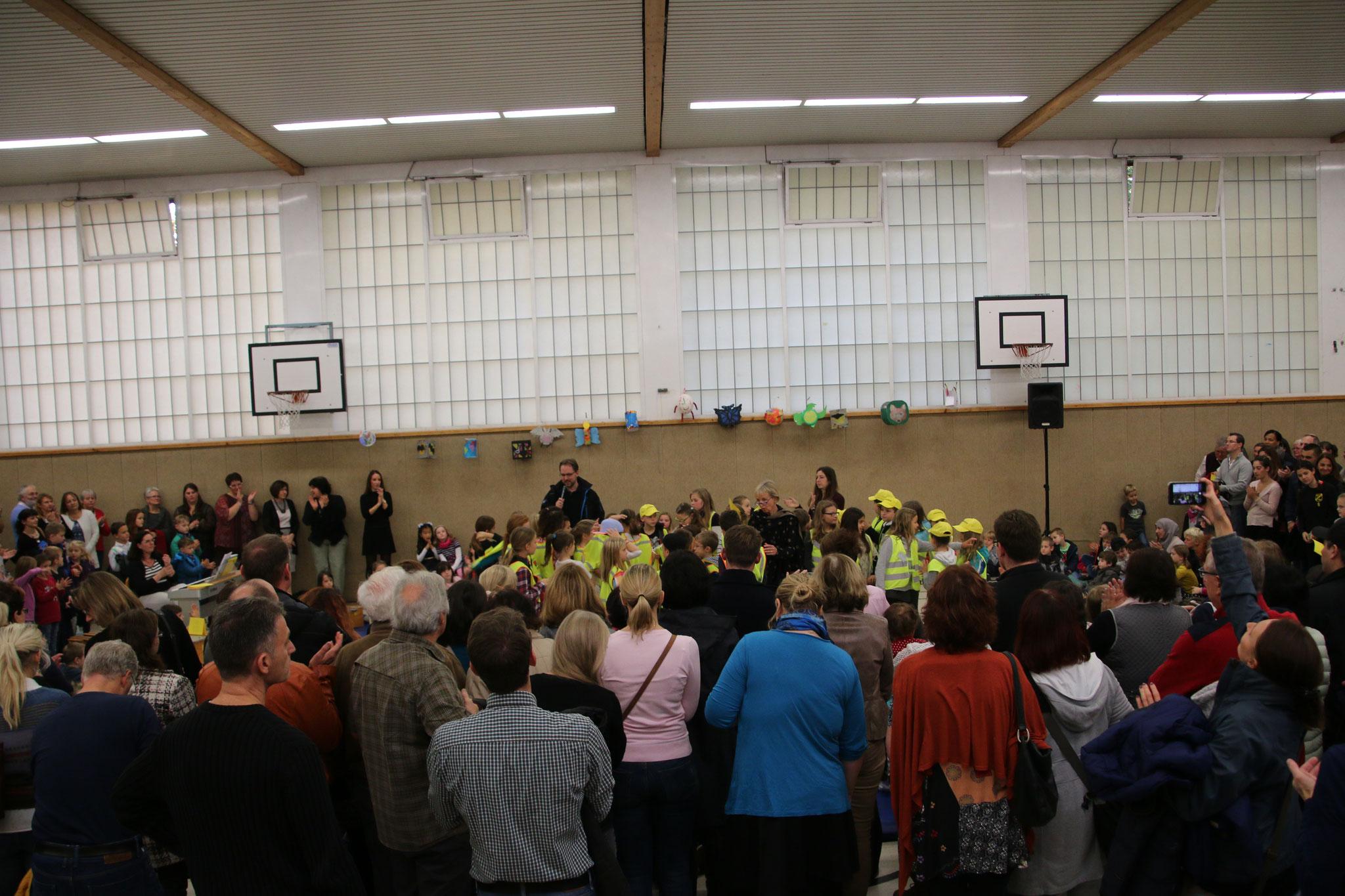 Eröffnungsfeier in der Turnhalle mit Ehrungen (Vorlesewettbewerbsieger, Schulanis, Saubären...) mit Tanz und Chor...