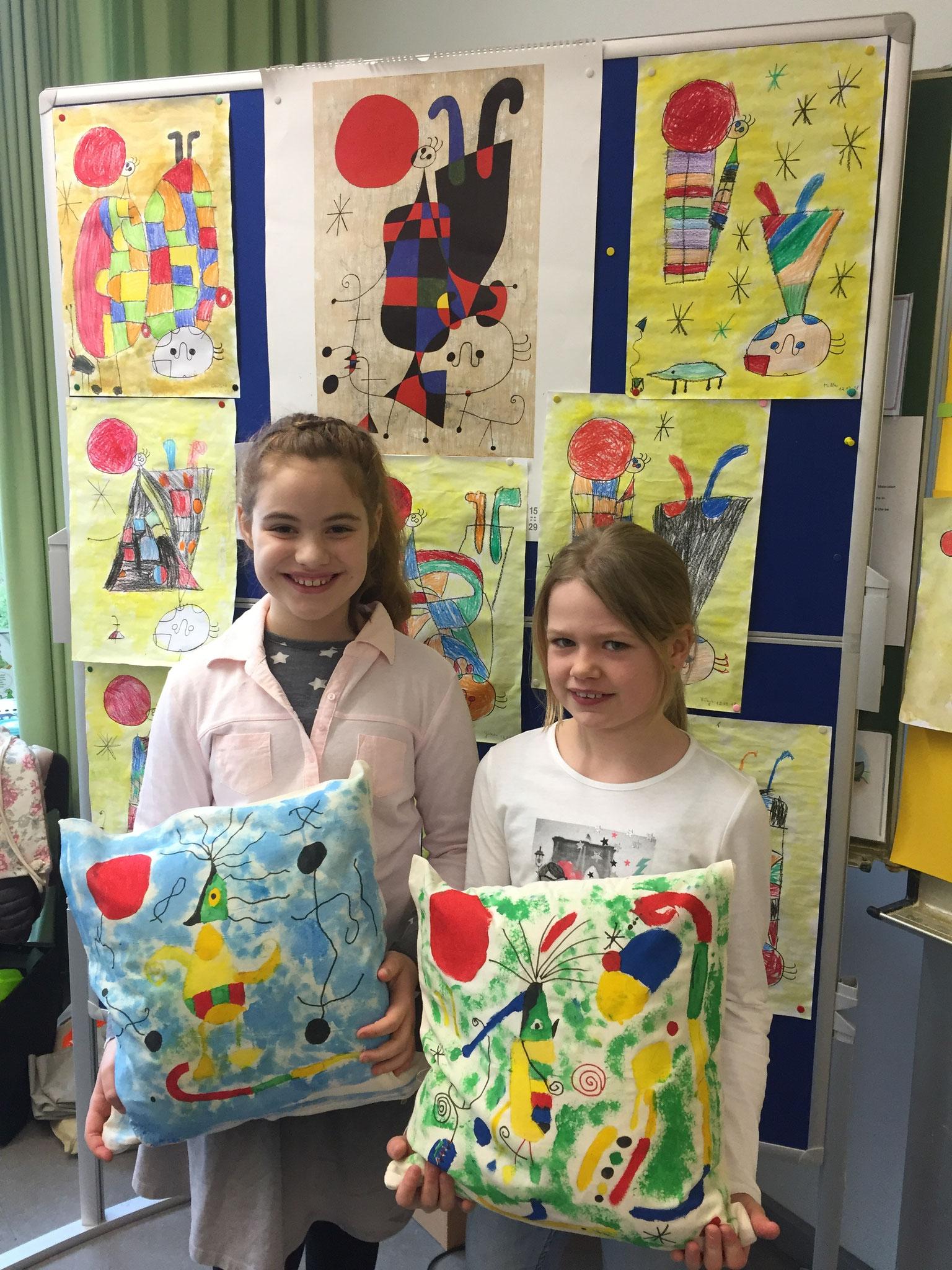 Charlotte  und Annalena präsentieren stolz ihre fertigen Kissen
