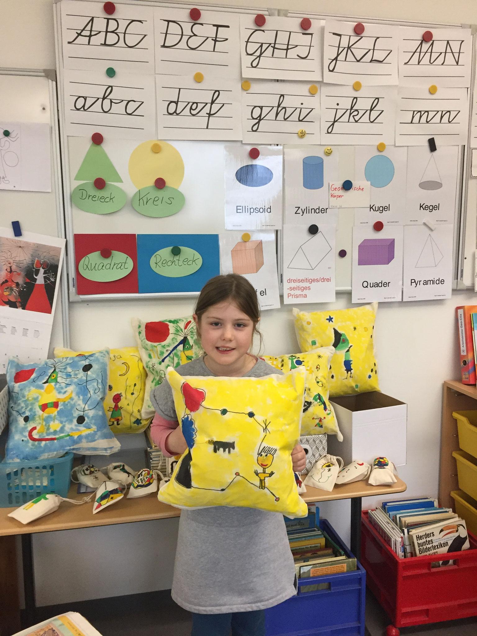 Auch Milla freut über ihr fertiges Kissen für ihren Lieblingsplatz im Grünen