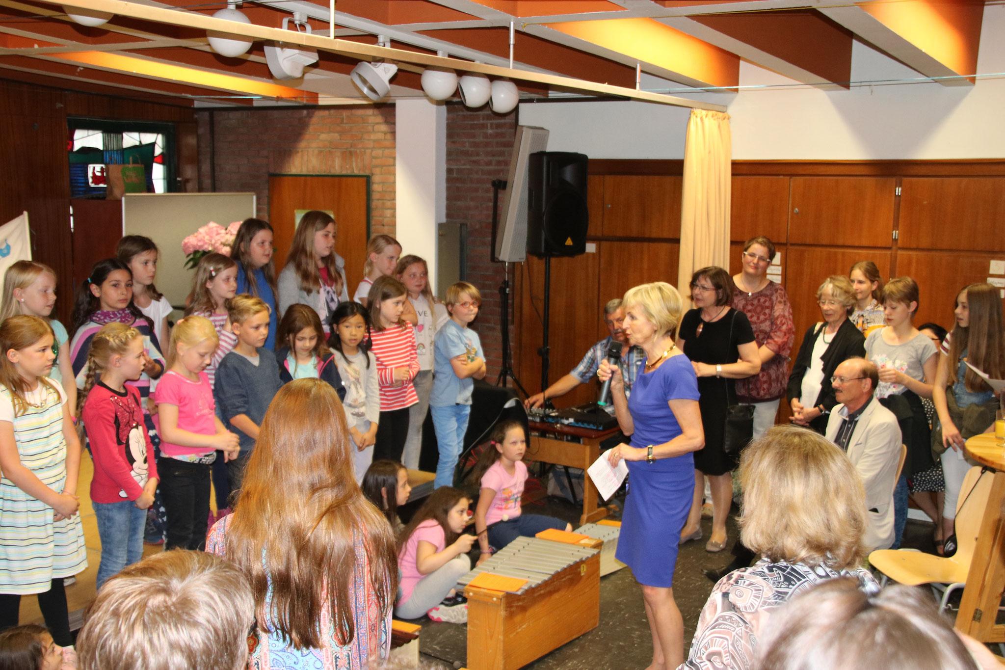 ... lauschten dem Schulchor und der Musik-AG, die die Lieder vom Vormittag noch einmal zum Besten gaben...