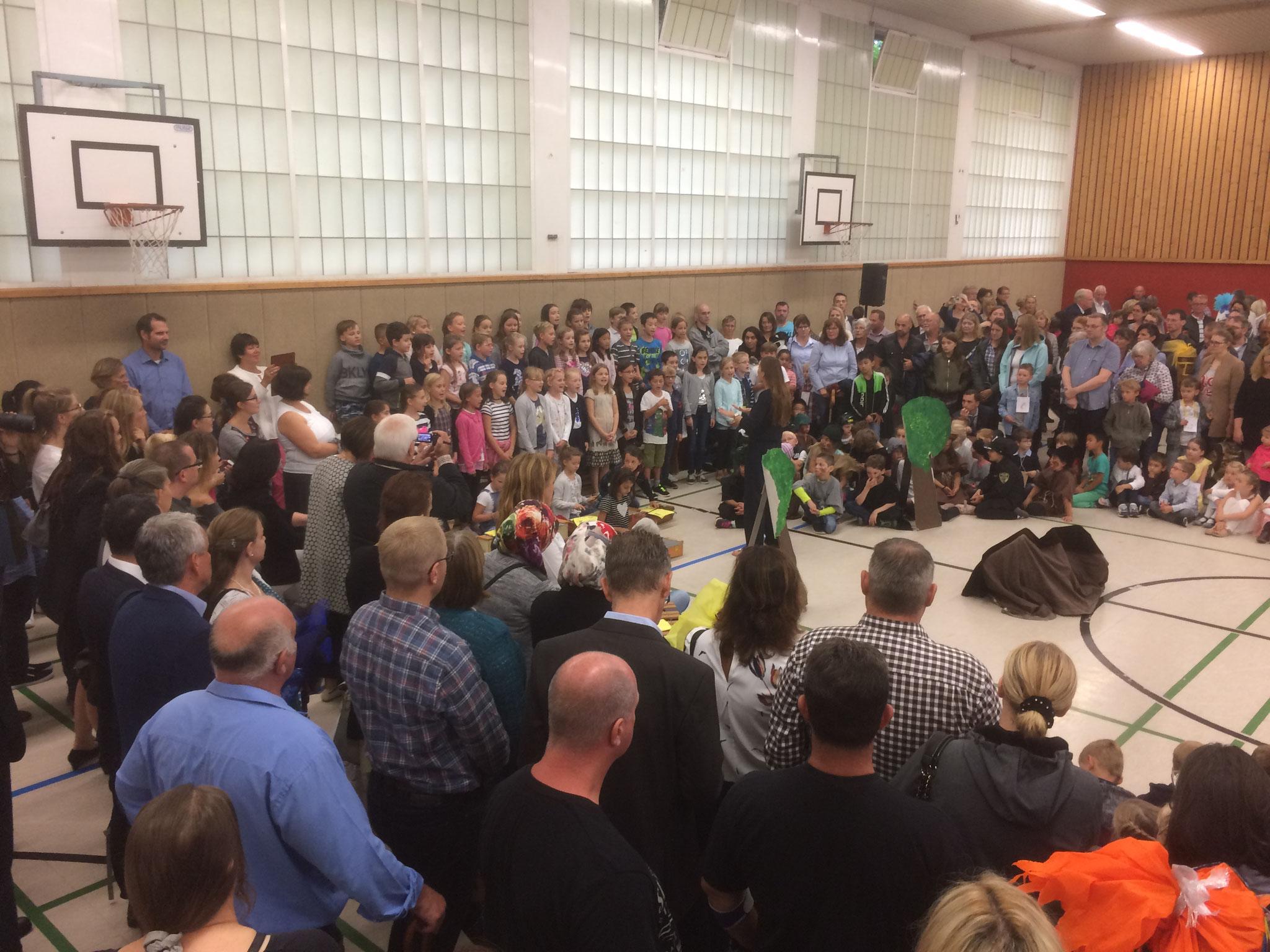 Und zum Schluss singen alle gemeinsam unser Schullied.