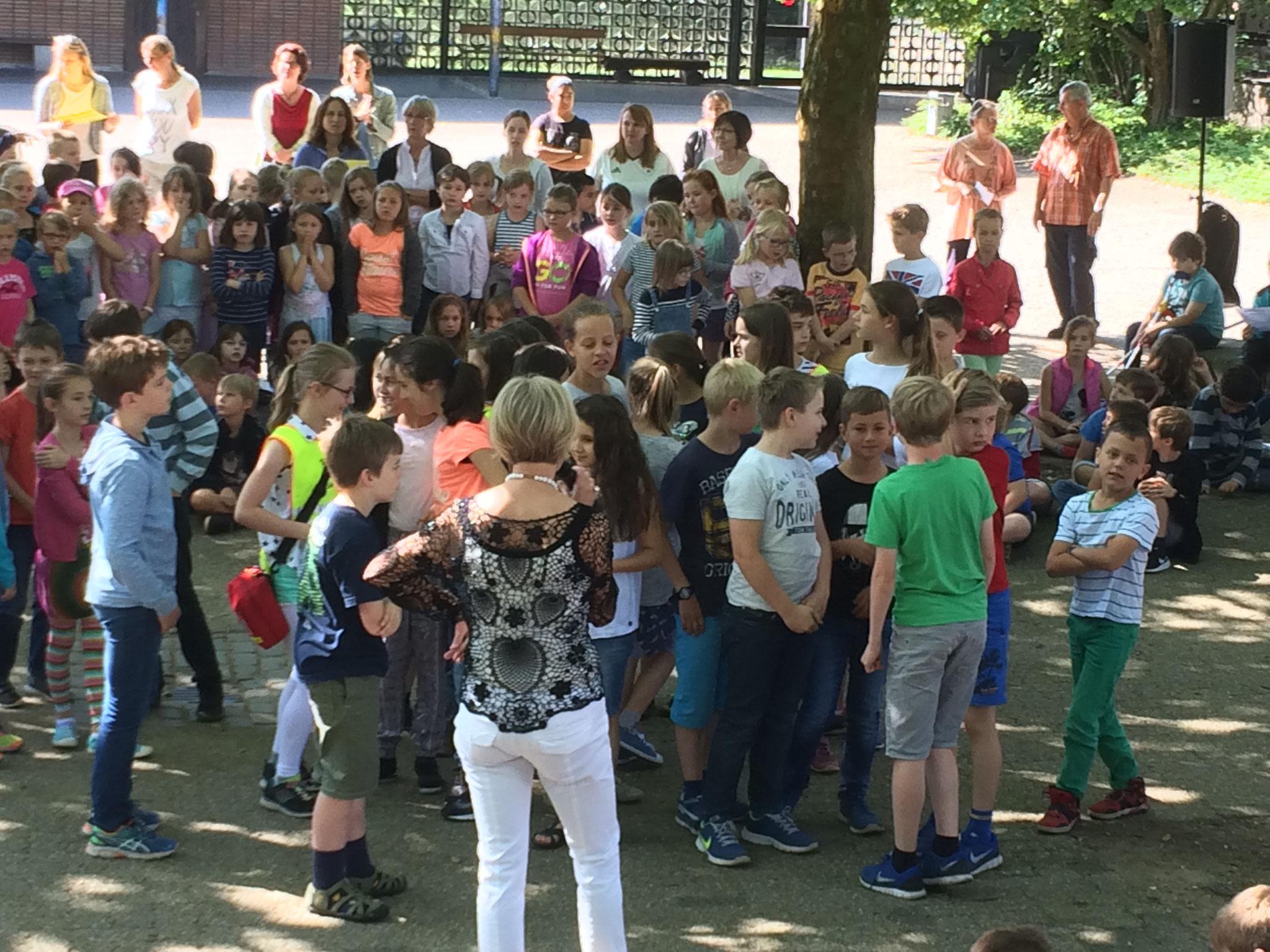 Unsere Schulsanis erhalten einen Extra-Applaus von der ganzen Schulgemeinde.