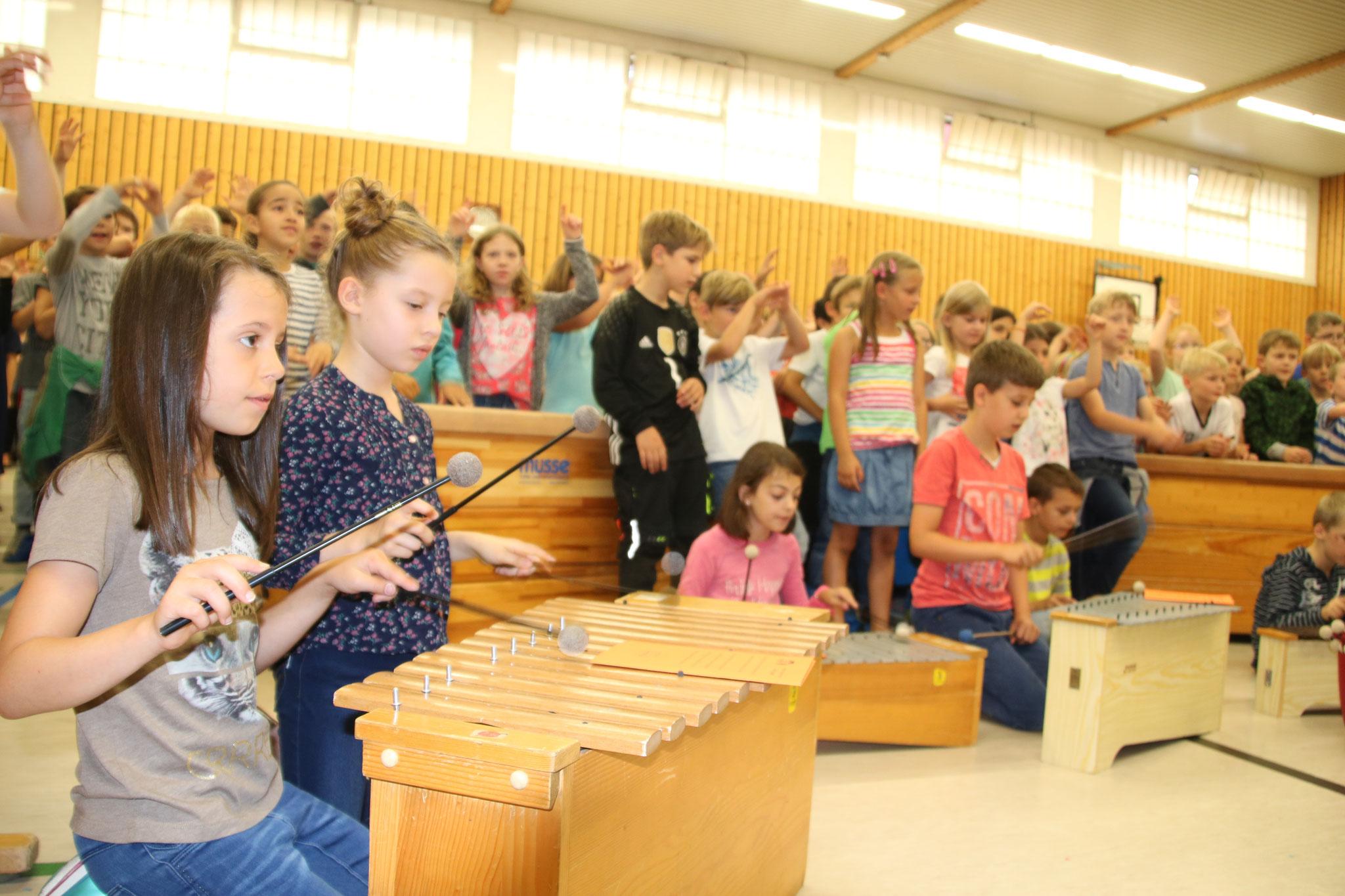 ...musikalisch wurden die Kinder vom Schulchor und der Musik-AG begleitet...