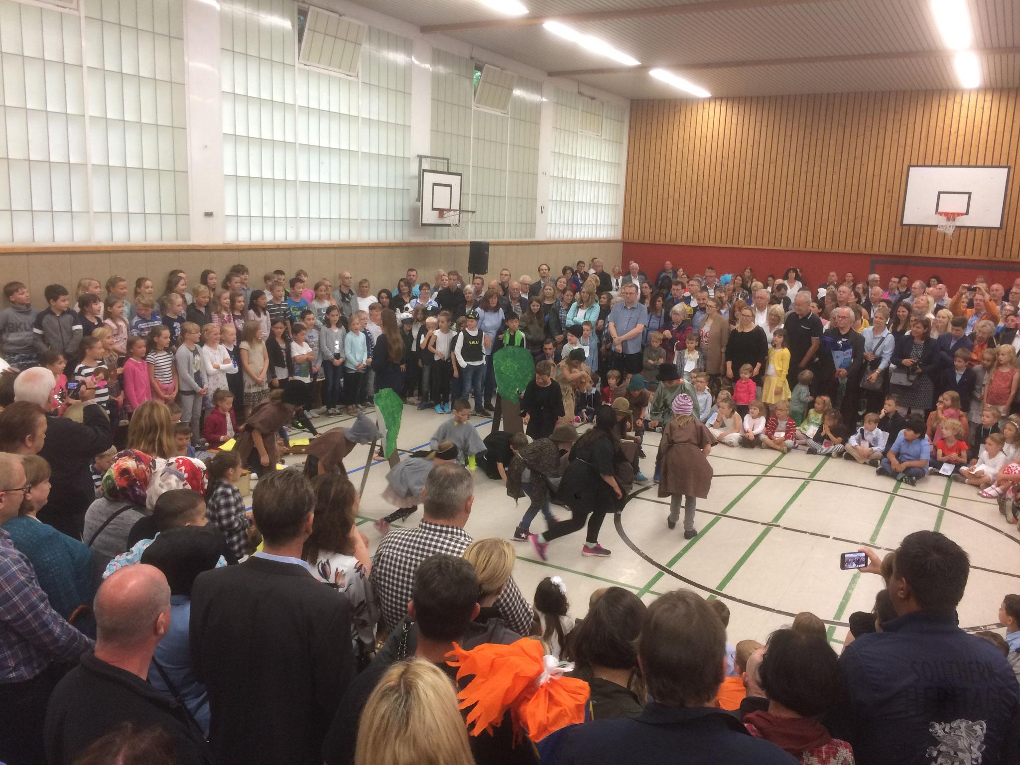 Die Klasse 3c führt gemeinsam mit dem Schulchor und der Musik AG ein Musical auf.