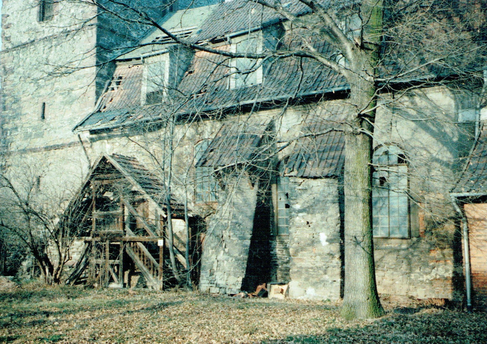 Eingang zur Kirche, kaputtes Dach