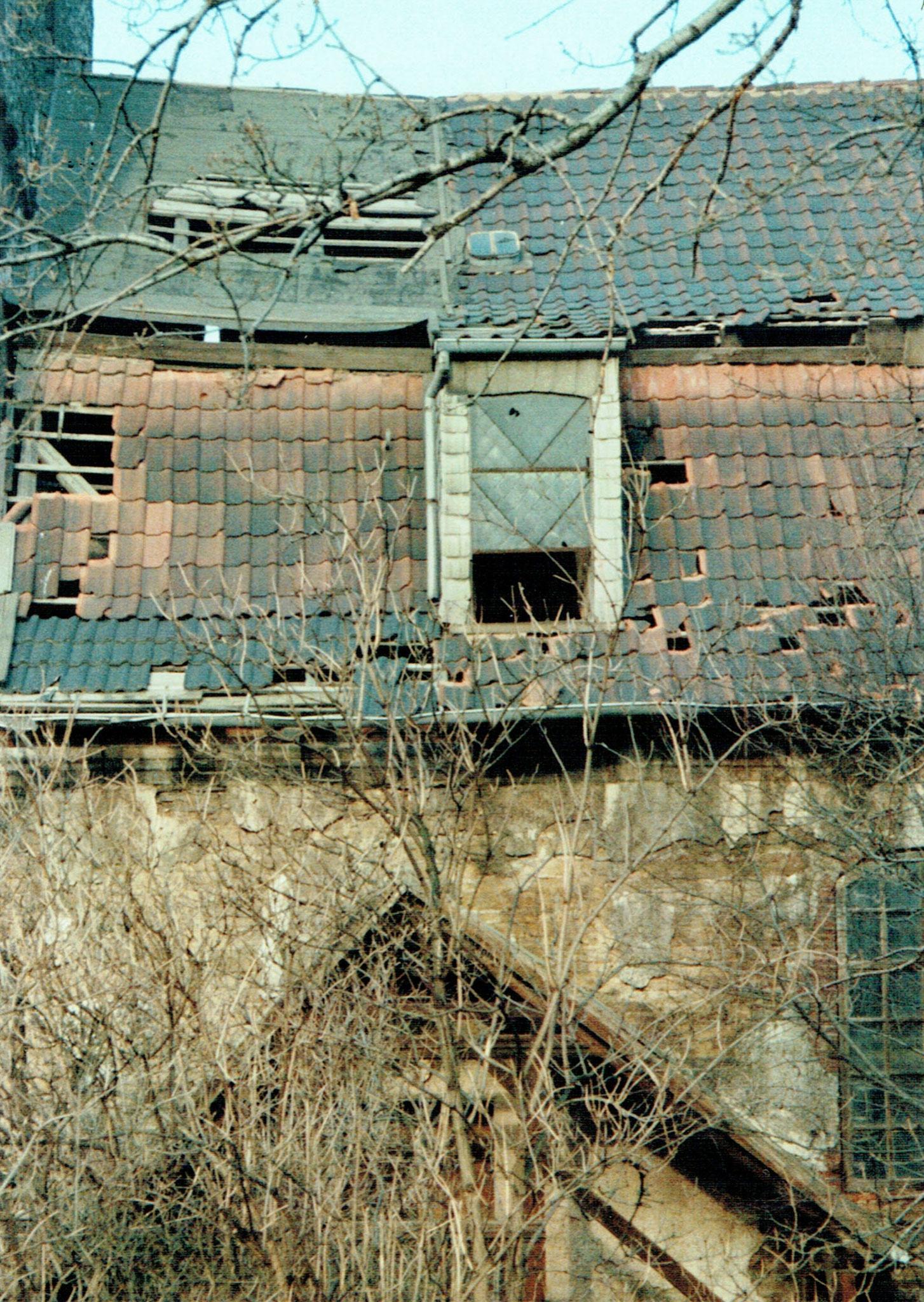 Zerstörtes Dach, Regen dringt ein