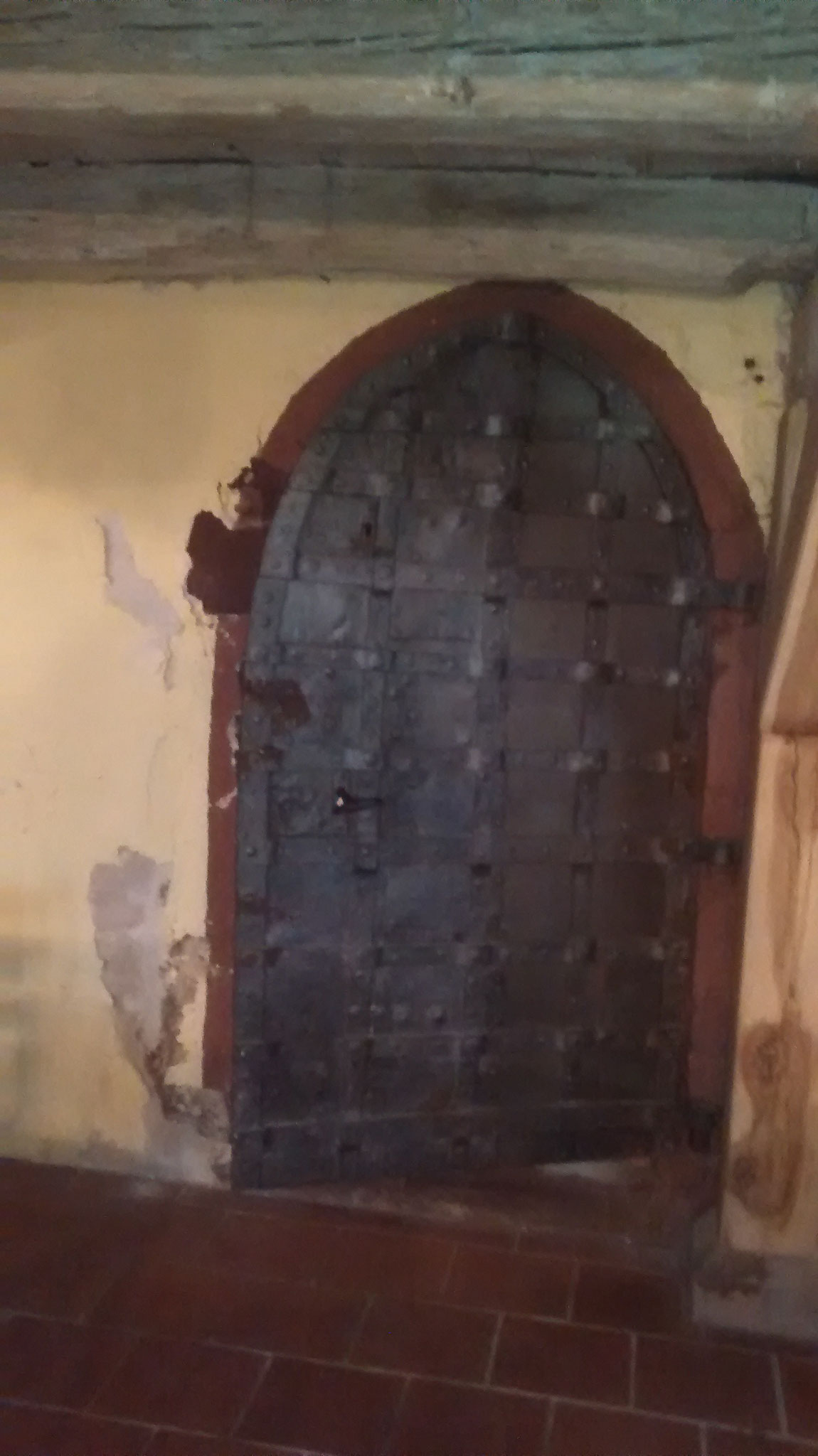 Auch die alte Tür müsste mal wieder saniert werden.