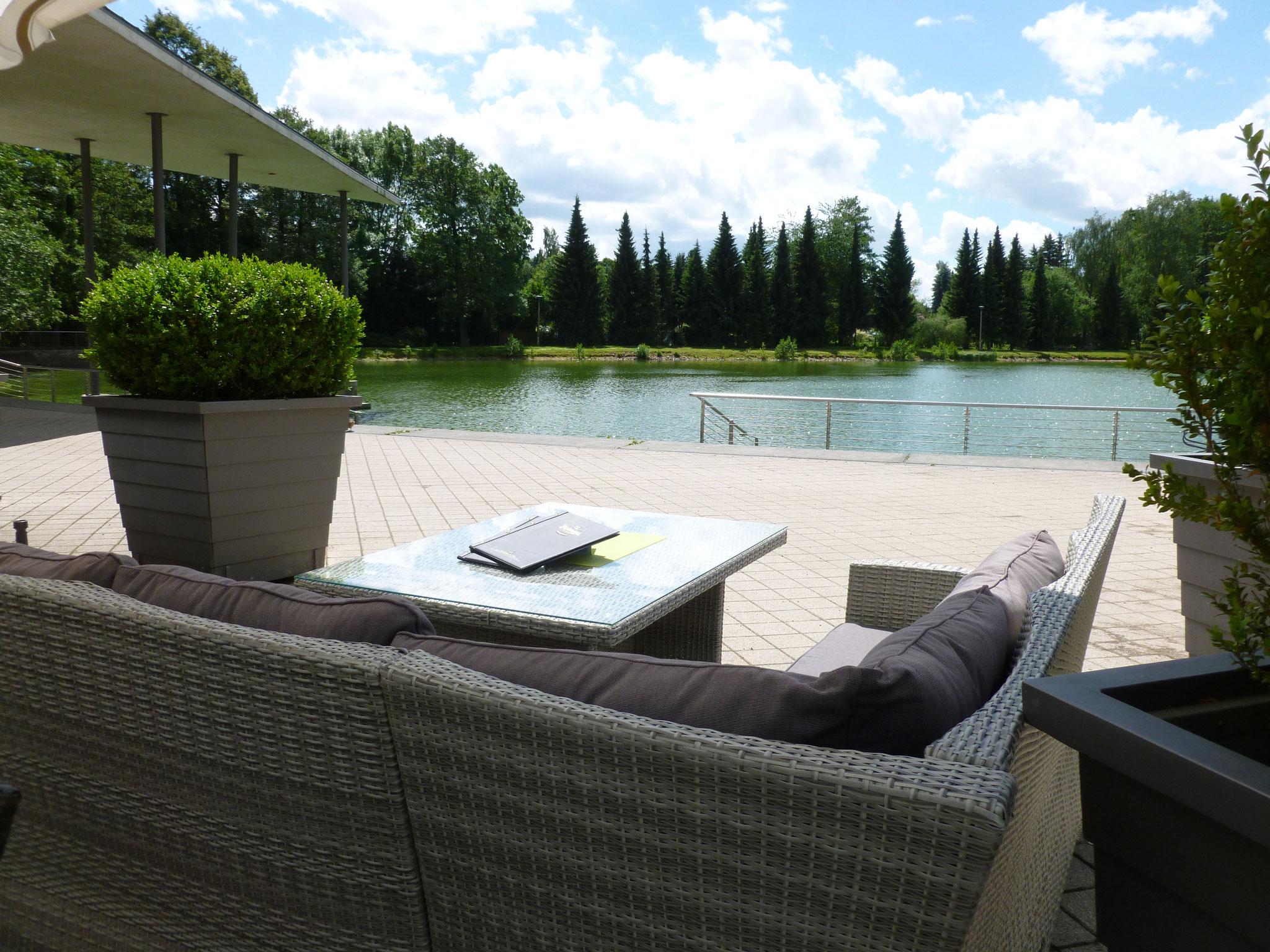 Loungebereich mit Blick auf den Teich