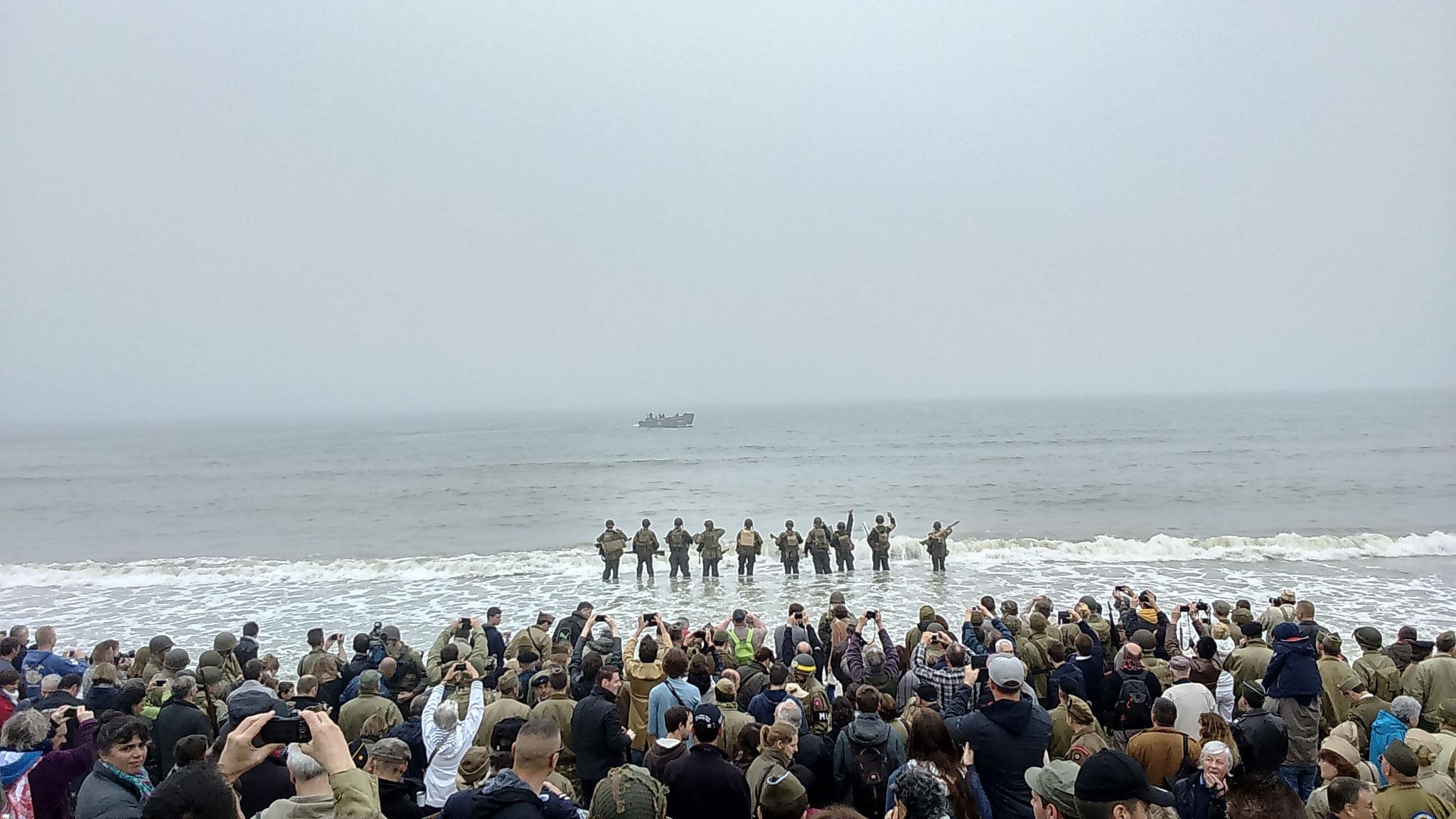 Un dernier au revoir à la barge par l'équipe participante.