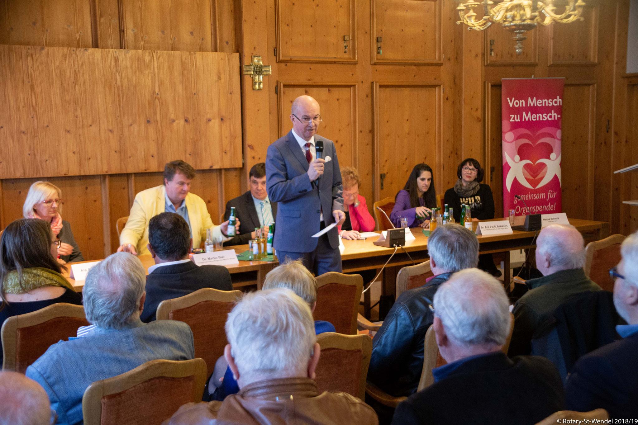 Wolfgang Jung, Präsident des Rotary Club St. Wendel, begrüsst die Gäste