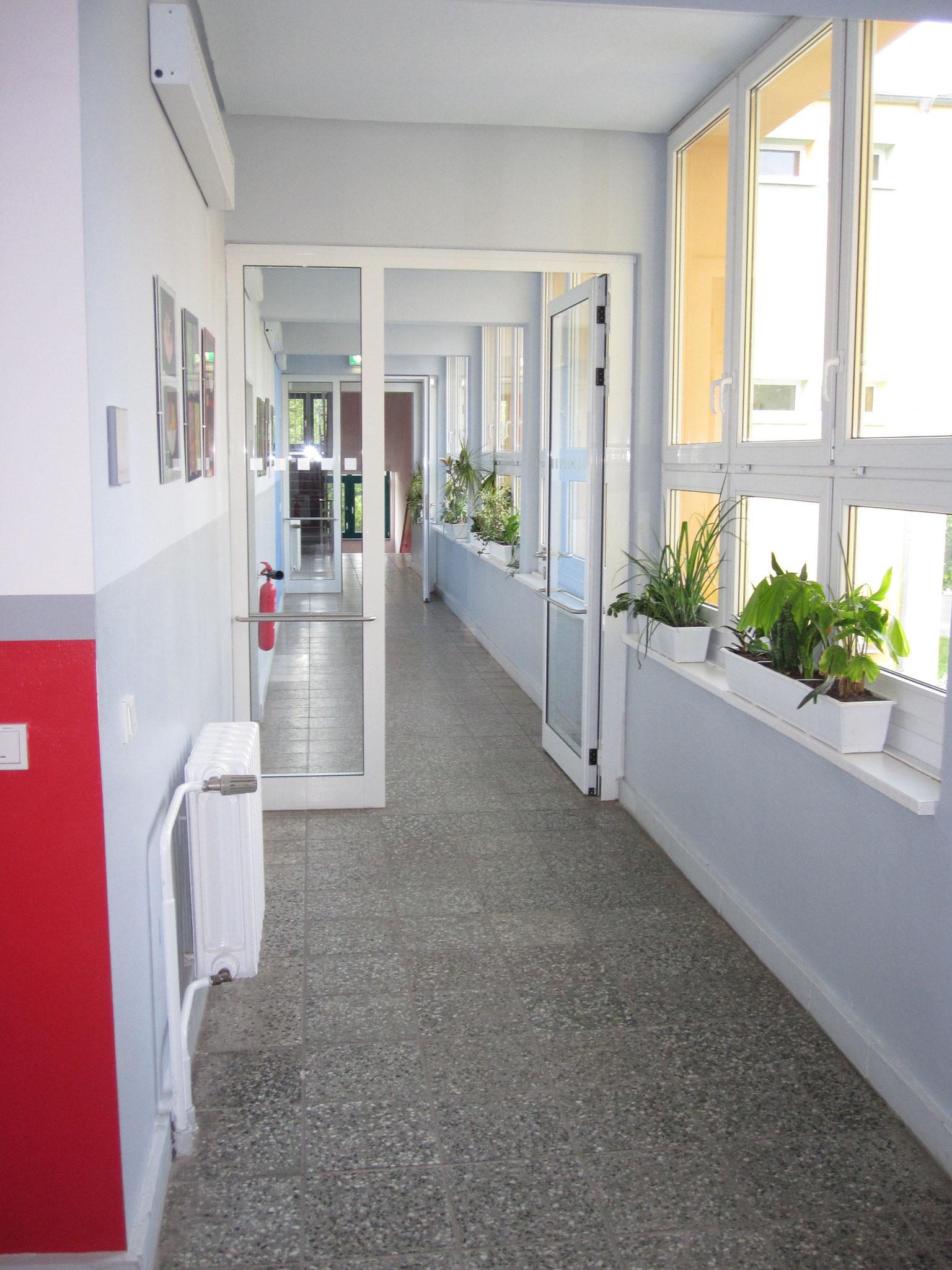 Helle Flure zu den Klassenräumen