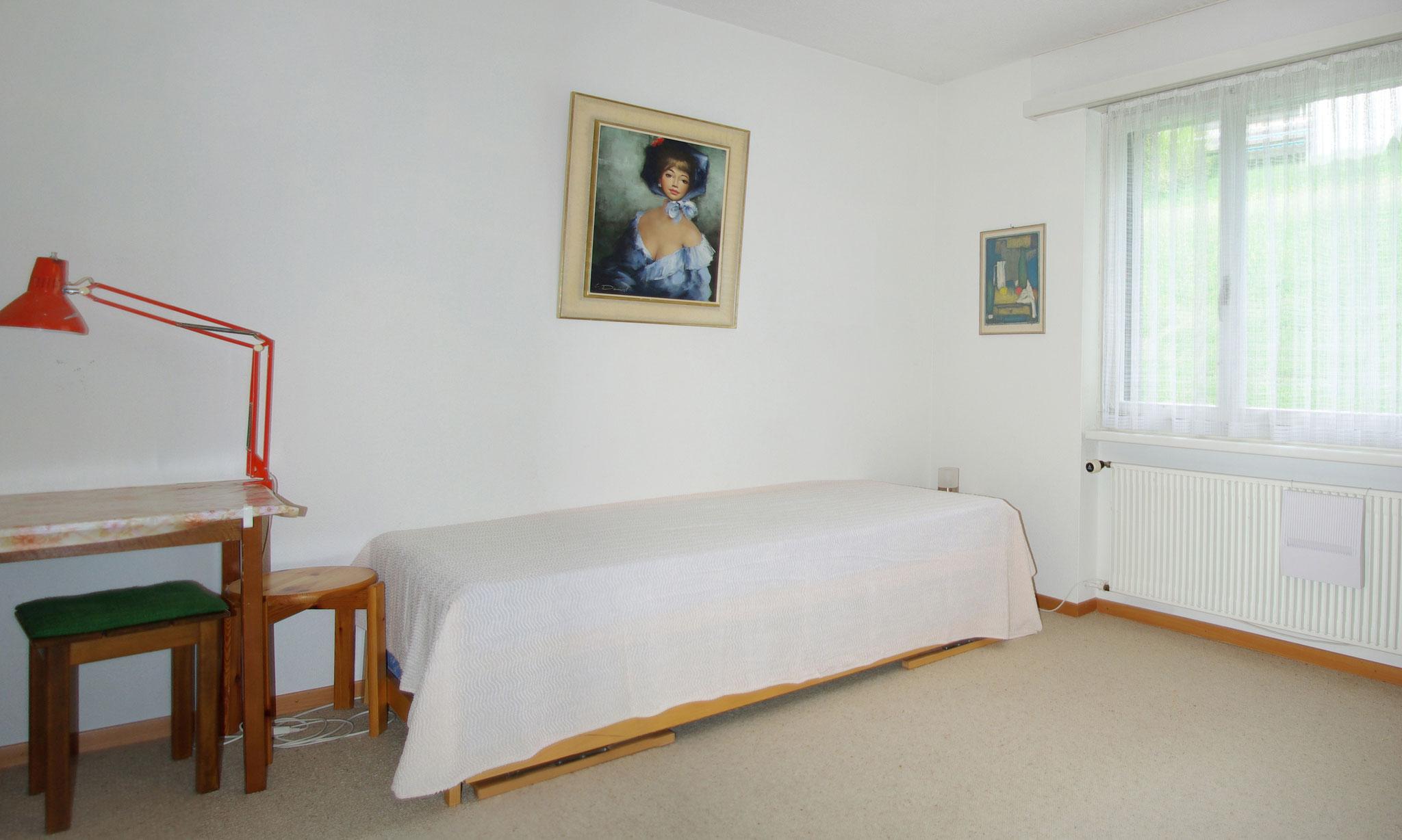 Schlafzimmer mit untereinander verstaubarem Doppelbett