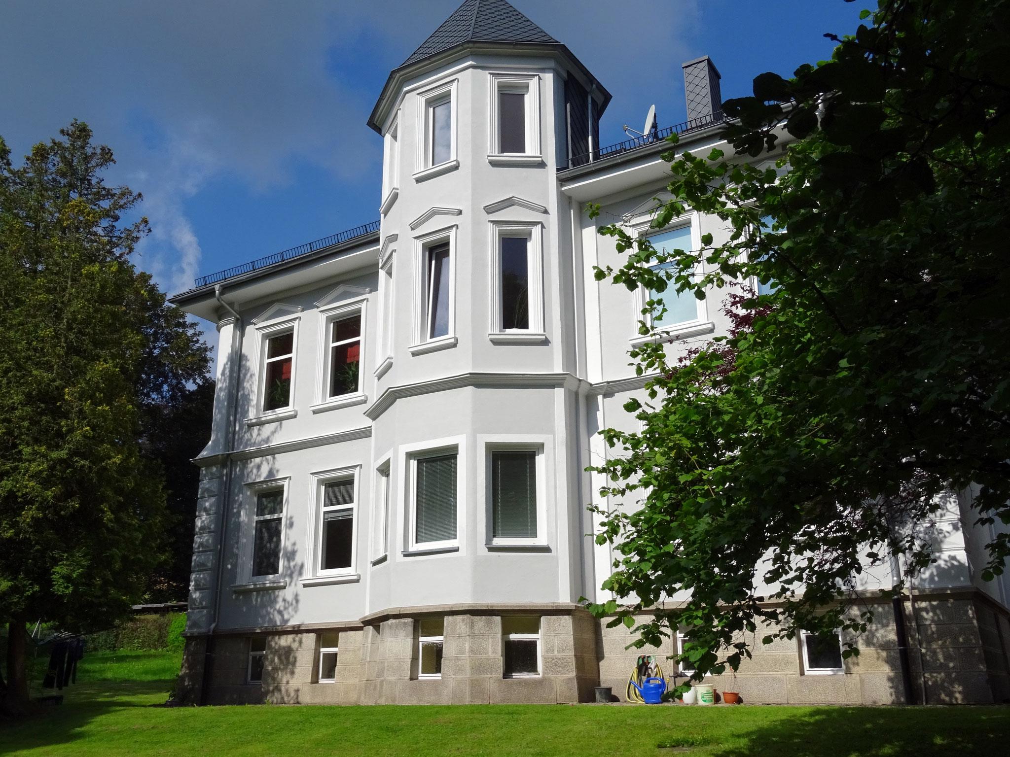 historische Fassade glänzt durch moderne Farbigkeit