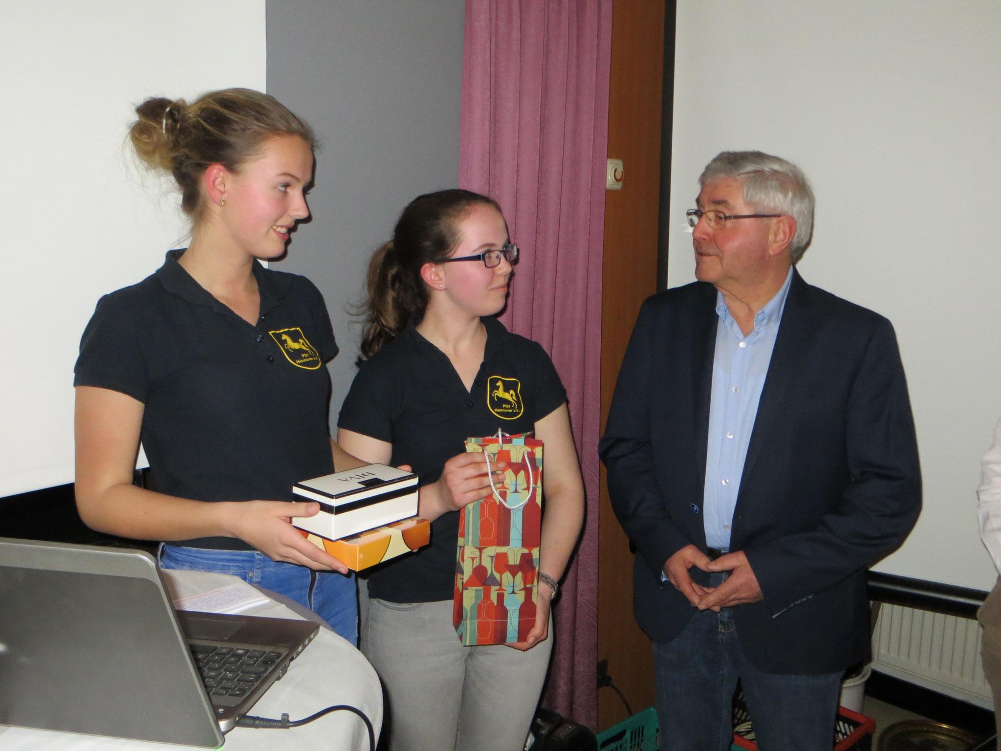 Ineken Stute und Emma-Lee Theuss mit unserem Vorsitzenden Herbert Hausknecht
