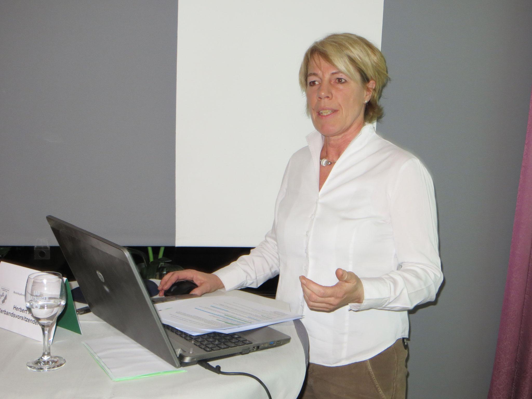 Susanne Flege stellt den Entwurf der Strukturreform des PSV Hannover vor.