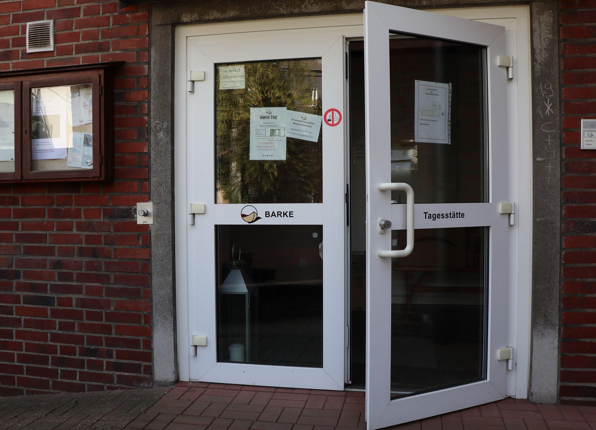 Eingang mit Auffahrt für Rollstuhl, Warenlieferungen... - wenn hier geschlossen ist, bitte weitergehen: Garten, Hintereingang